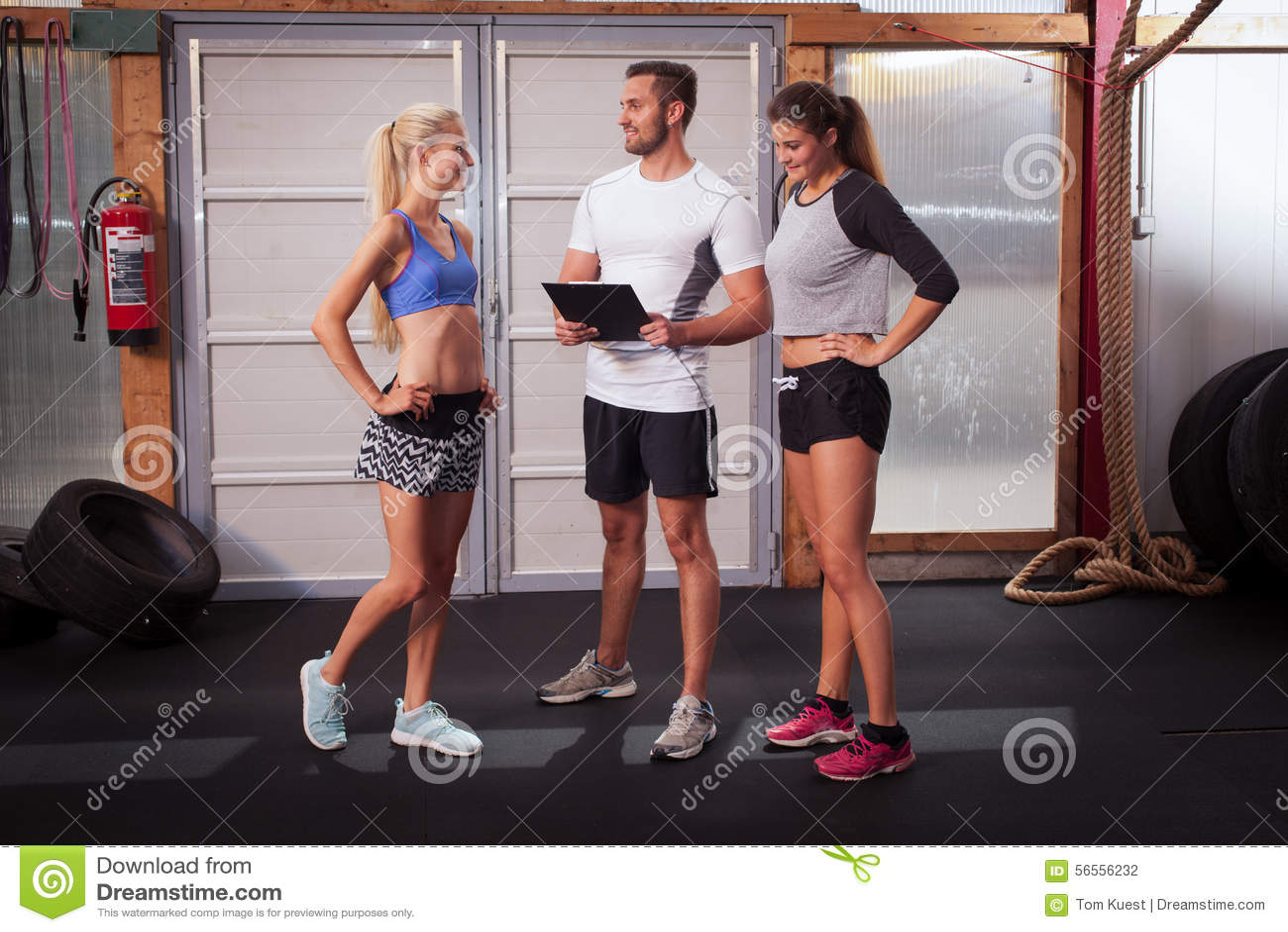 Download Εκπαιδευτής ικανότητας που εξηγεί την άσκηση Στοκ Εικόνες - εικόνα από ισχύς, υγιής: 56556232