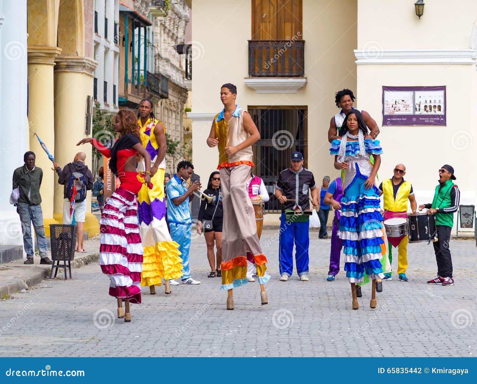 Εκτελεστές οδών που χορεύουν στα ξυλοπόδαρα στην παλαιά Αβάνα