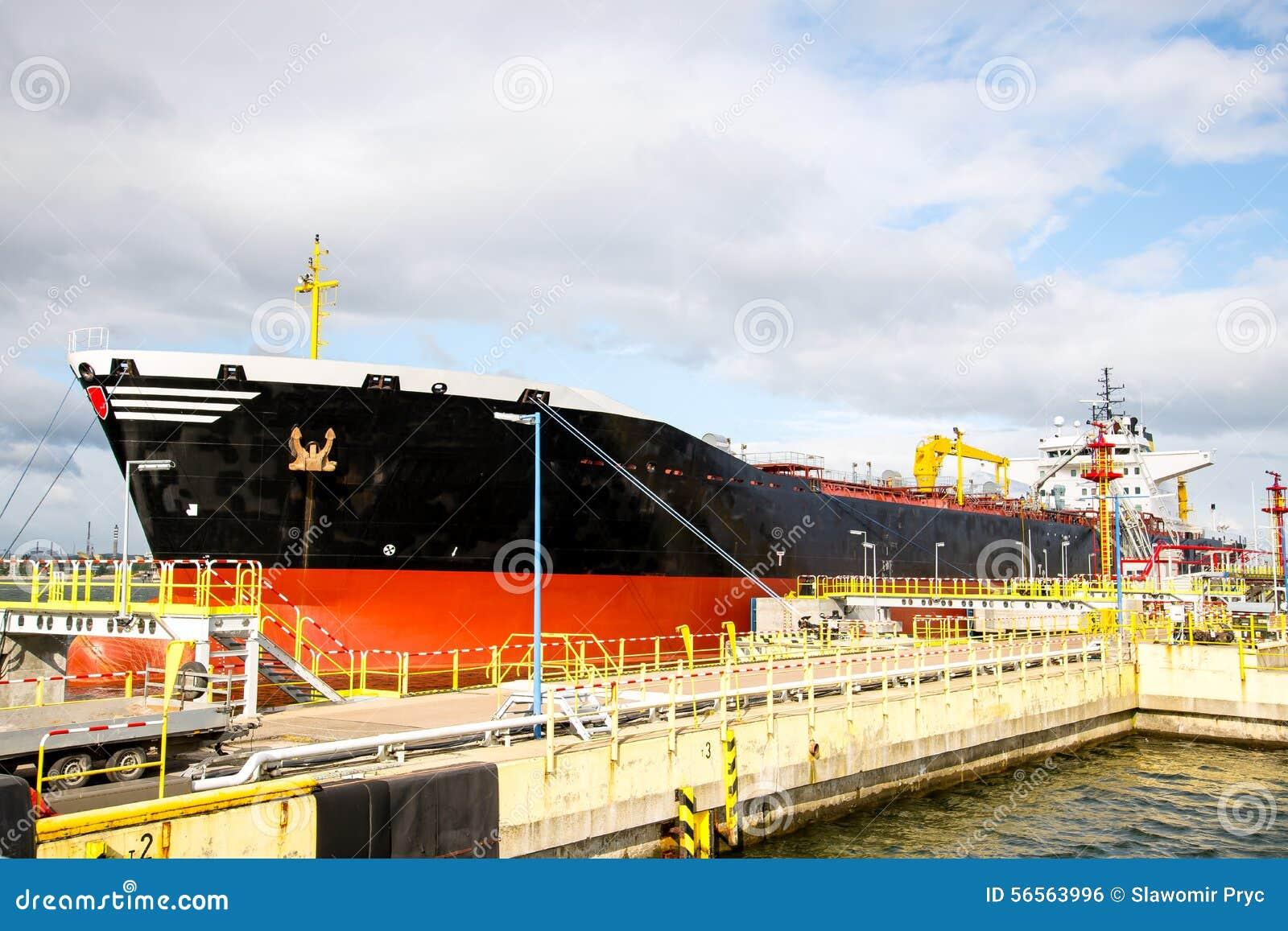 Download Εκφόρτωση ενός σκάφους βυτιοφόρων Στοκ Εικόνες - εικόνα από θάλασσα, ημέρα: 56563996