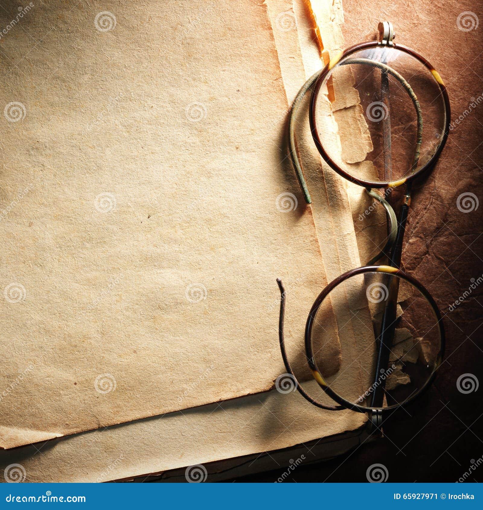 Εκλεκτής ποιότητας γυαλιά σε παλαιό χαρτί