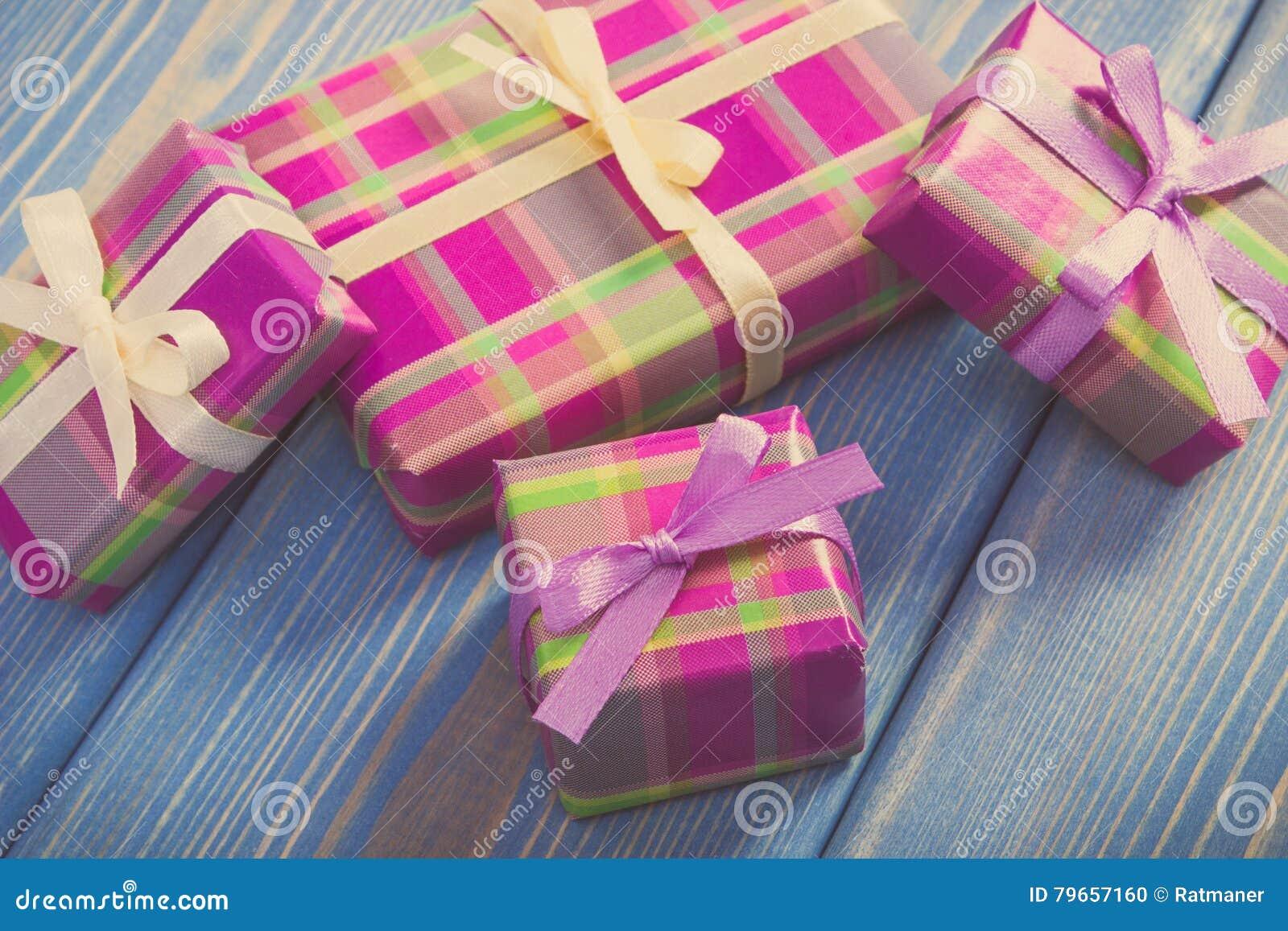 Εκλεκτής ποιότητας φωτογραφία, τυλιγμένα ζωηρόχρωμα δώρα με τις κορδέλλες για τα Χριστούγεννα ή άλλο εορτασμό