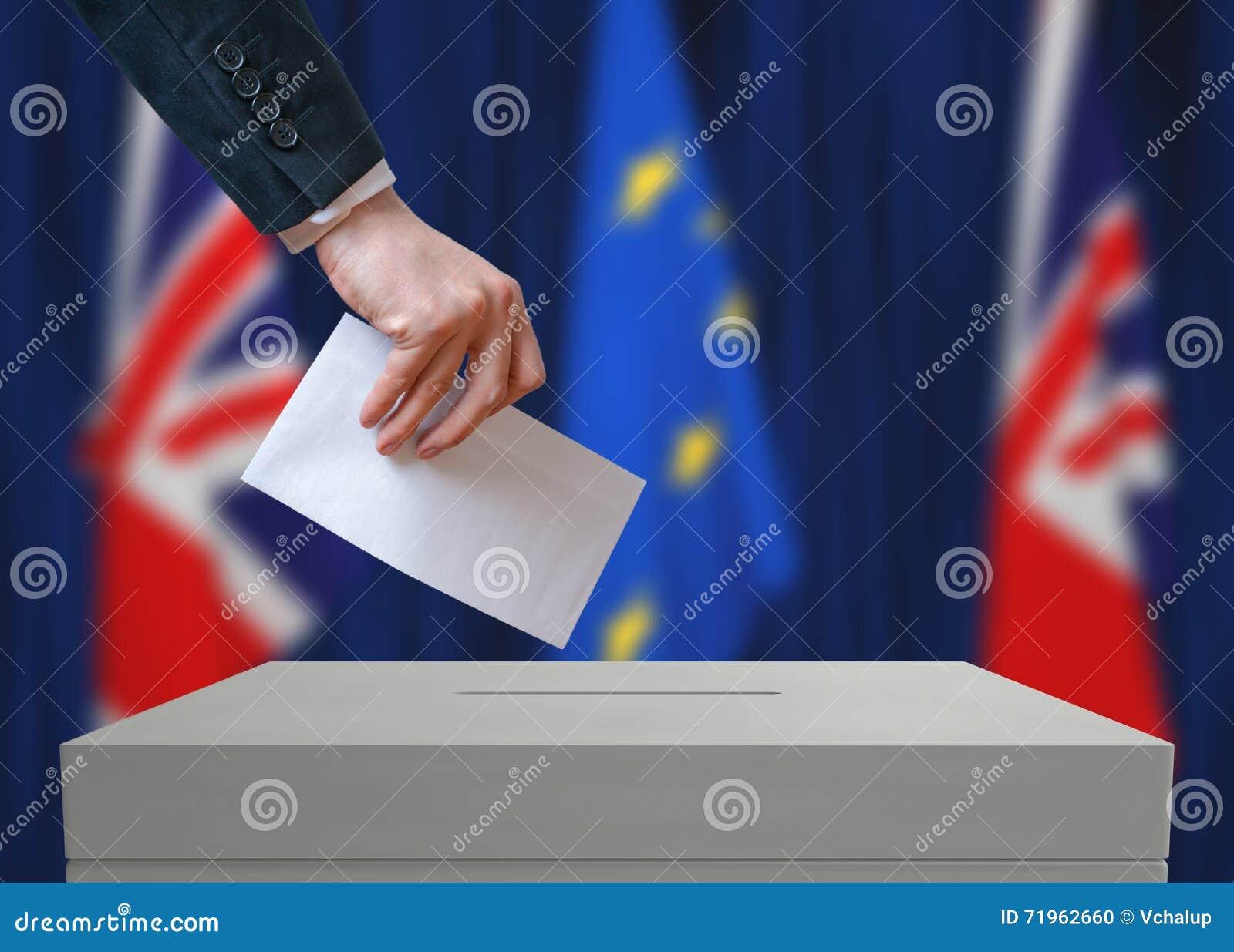 Εκλογή ή δημοψήφισμα στη Μεγάλη Βρετανία Ο ψηφοφόρος κρατά το φάκελο διαθέσιμο επάνω από την ψήφο ψηφοφορίας