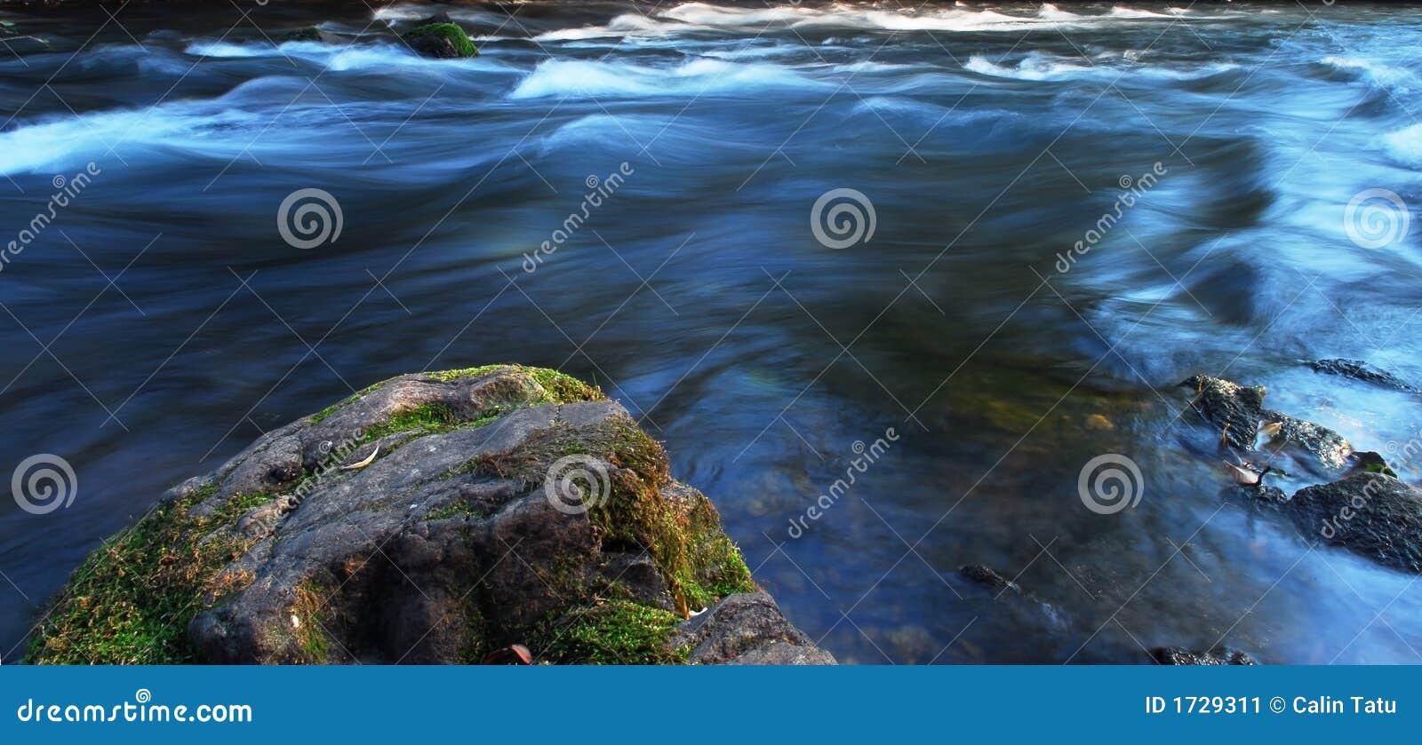 ελαφρύς ποταμός ροής βραδιού
