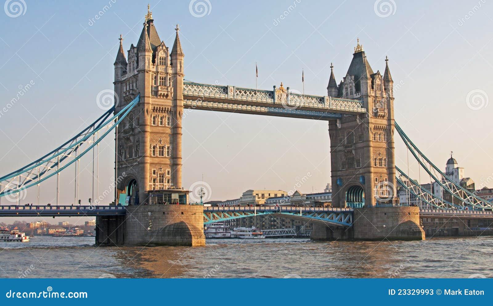ελαφρύς πύργος βραδιού γεφυρών πρώιμος