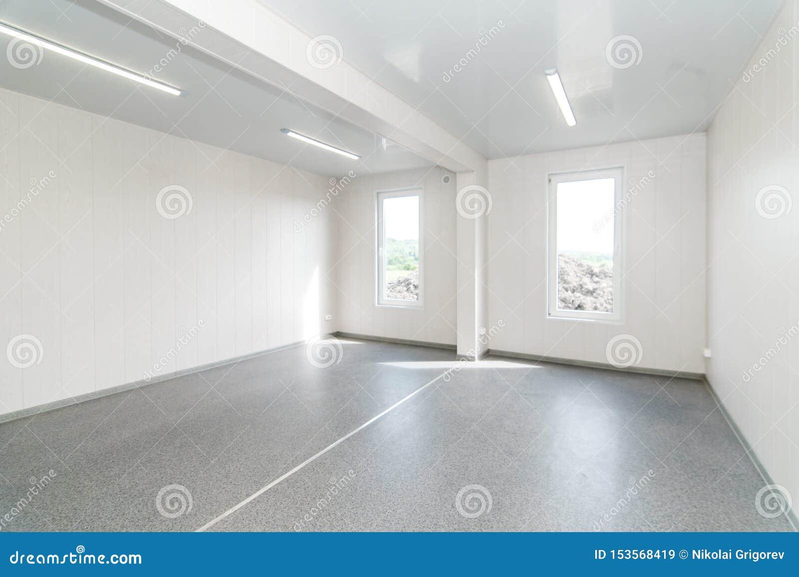 Ελαφρύ άσπρο κενό δωμάτιο γραφείων με το φωτεινό φωτισμό