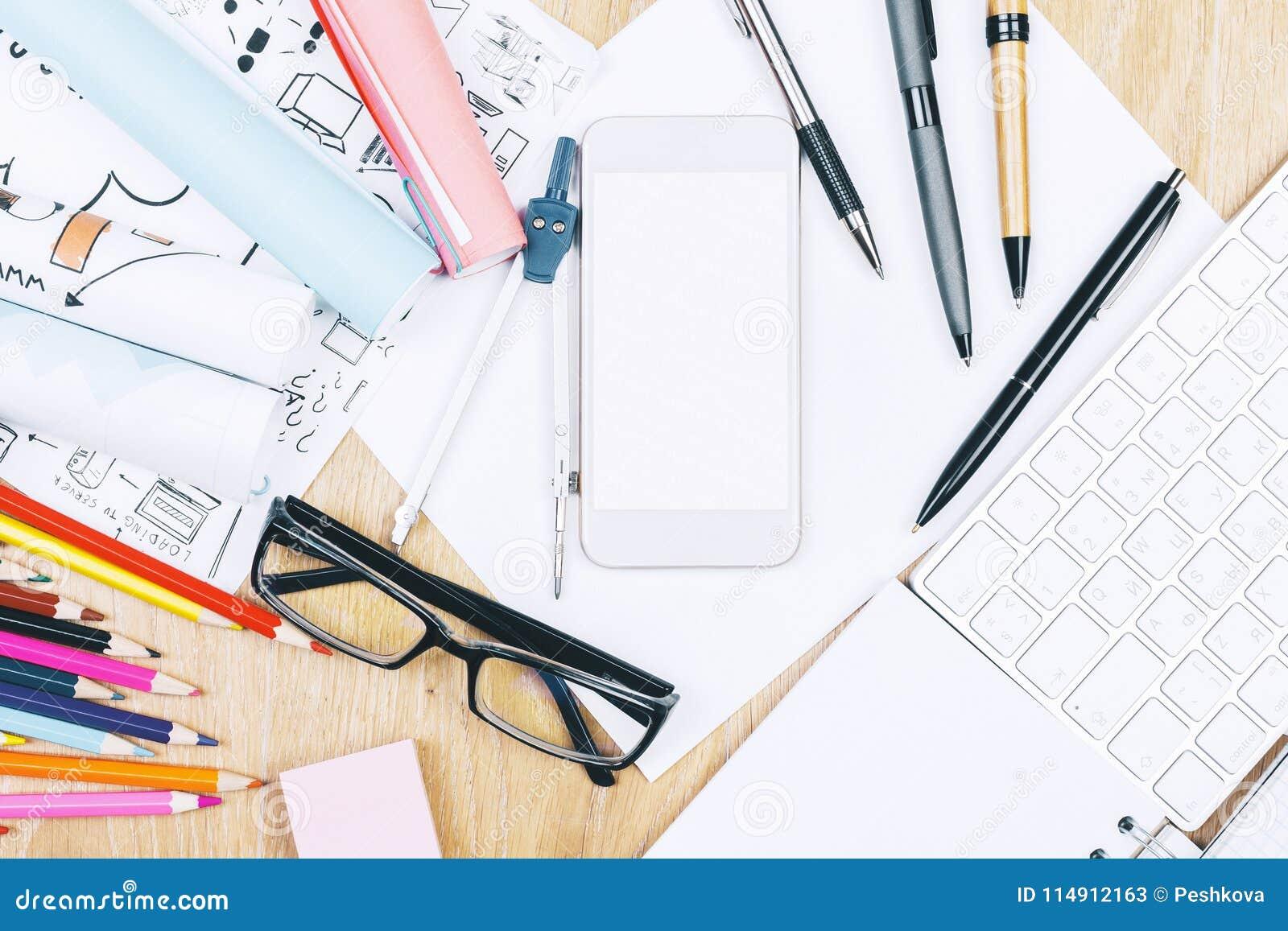 Ελαφρύ ξύλινο γραφείο με τα στοιχεία