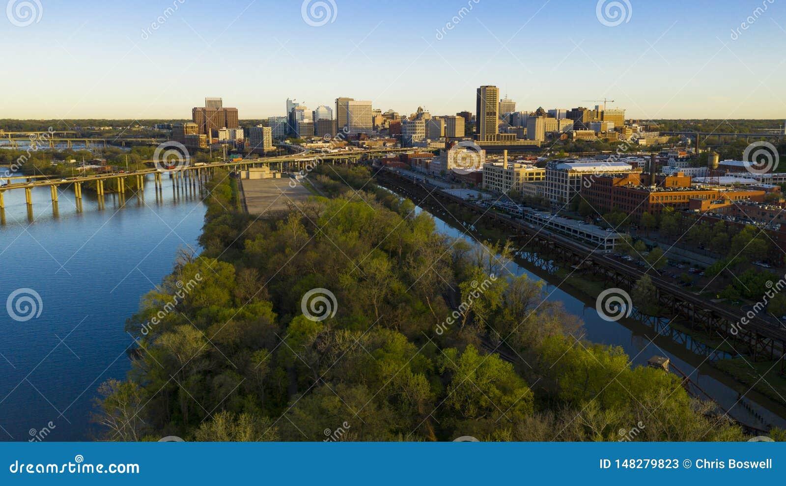 Ελαφρύ στο κέντρο της πόλης πάρκο Ρίτσμοντ Βιρτζίνια Riverfront οριζόντων πόλεων ξημερωμάτων