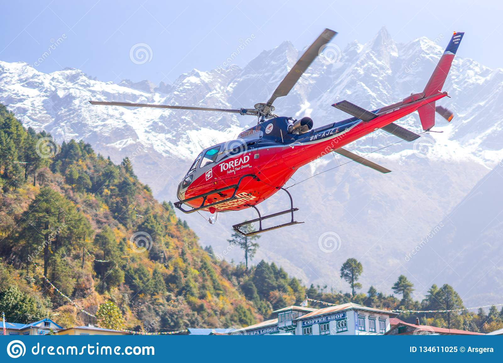 Ελικόπτερο διάσωσης στον αερολιμένα Lukla στα Ιμαλάια