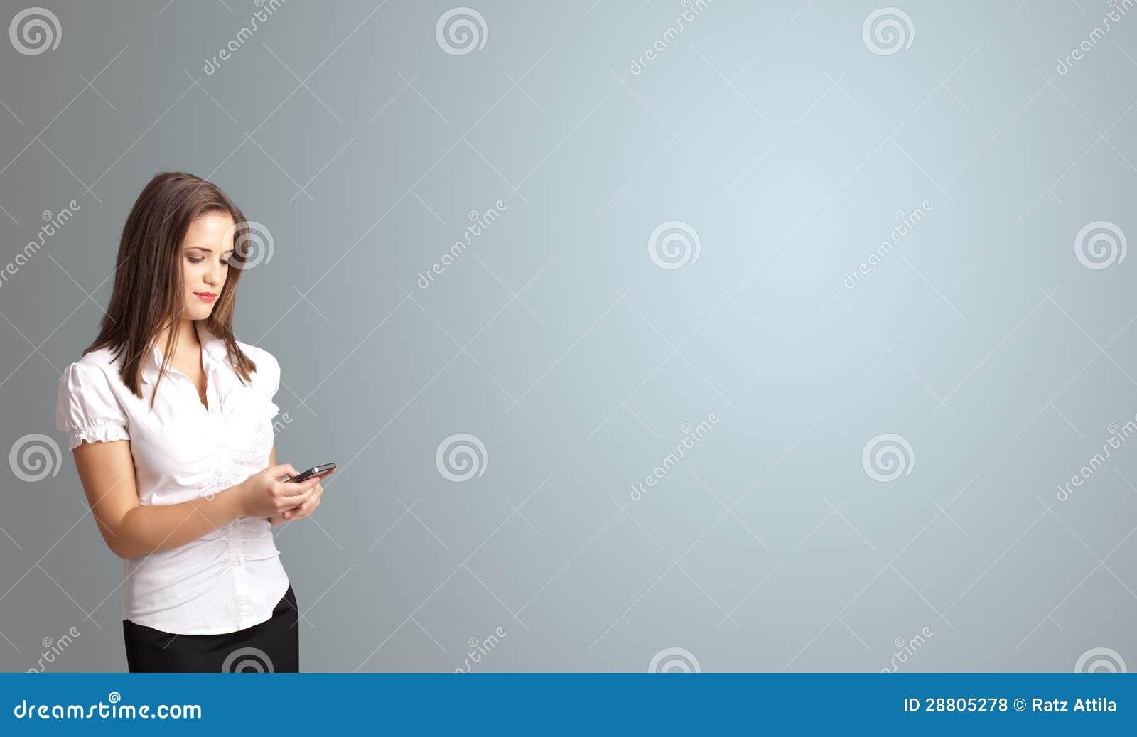 Ελκυστική γυναίκα που κρατά ένα τηλέφωνο με το διάστημα αντιγράφων