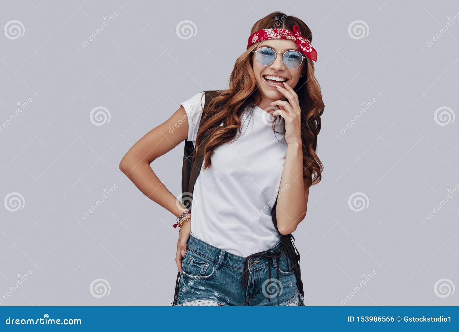 Ελκυστική μοντέρνη νέα γυναίκα