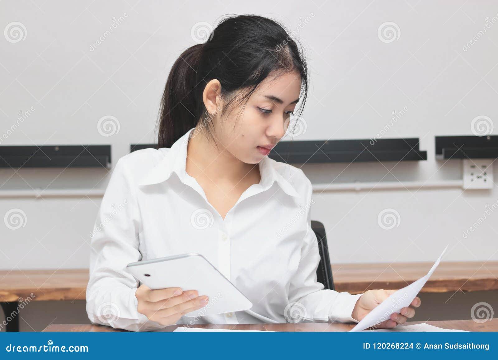 Ελκυστική νέα ασιατική επιχειρηματίας που εργάζεται στον εργασιακό χώρο στην αρχή Σκέψη και στοχαστική επιχειρησιακή έννοια