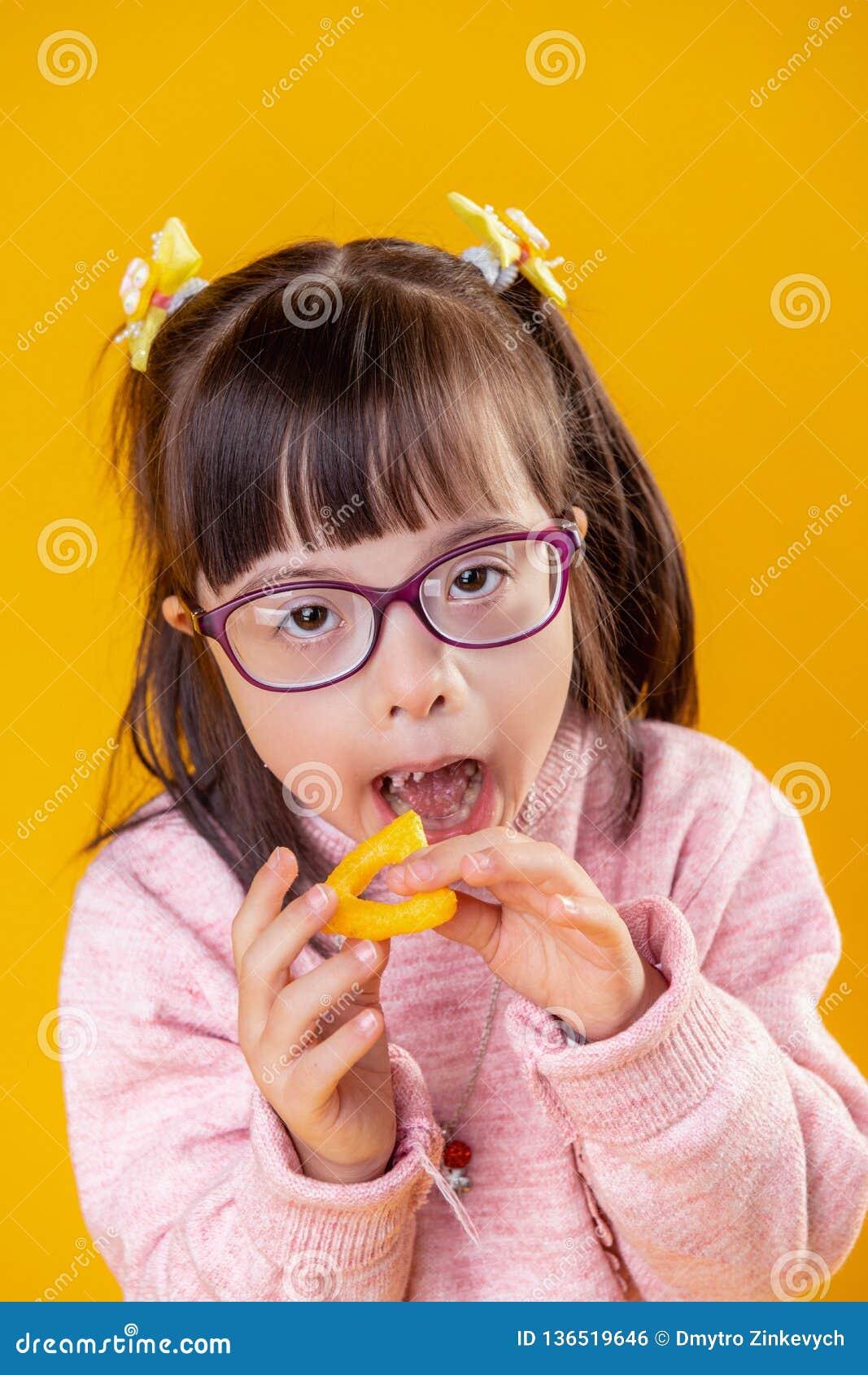 Ελκυστική νέα κυρία με το στόμα ανοίγματος διανοητηκής διαταραχής