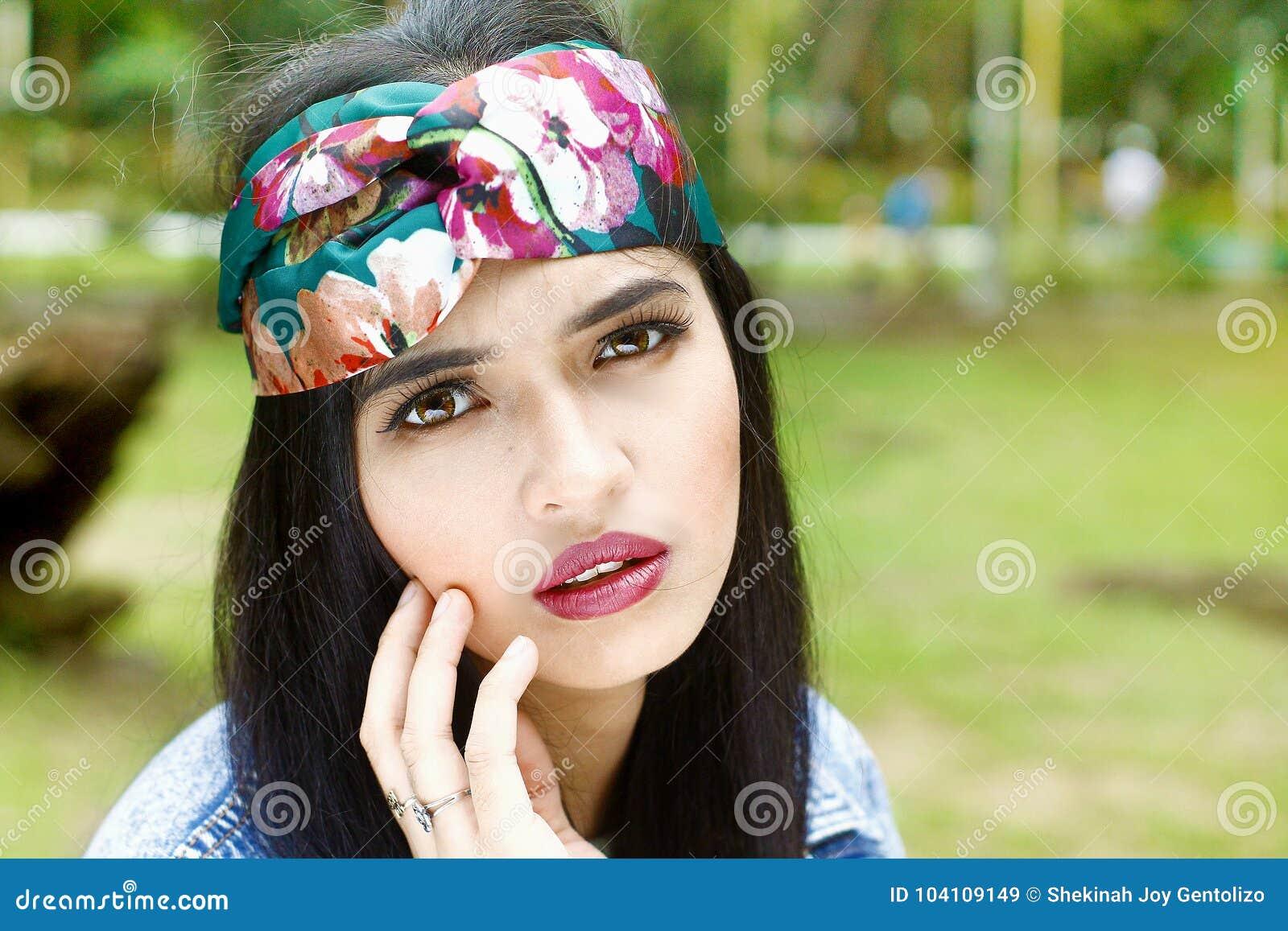 Ελκυστική τοποθέτηση γυναικών, που απομονώνεται, headshot