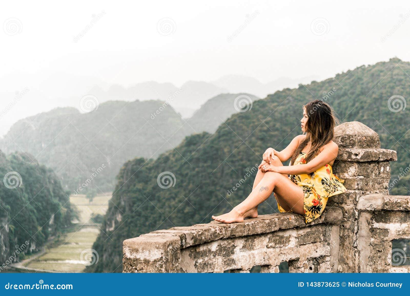 Ελκυστική τοποθέτηση γυναικών στα βουνά του βόρειου Βιετνάμ r