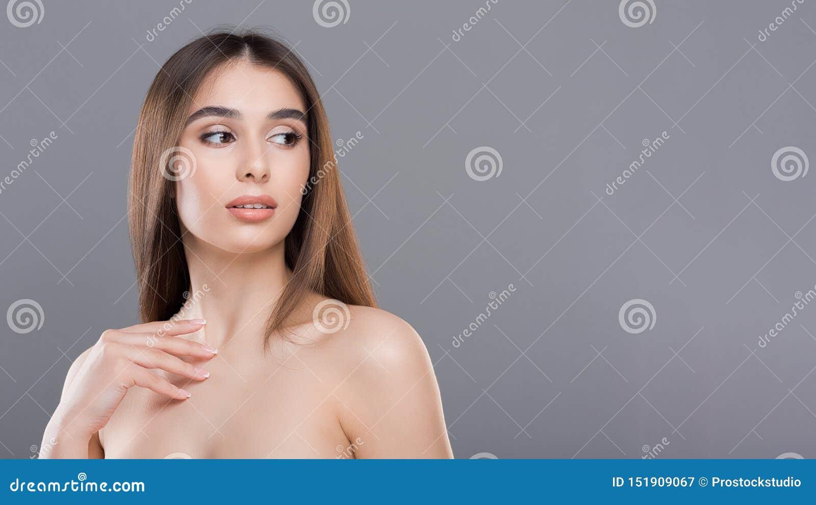 Ελκυστική χιλιετής nude γυναίκα με το τέλειο δέρμα