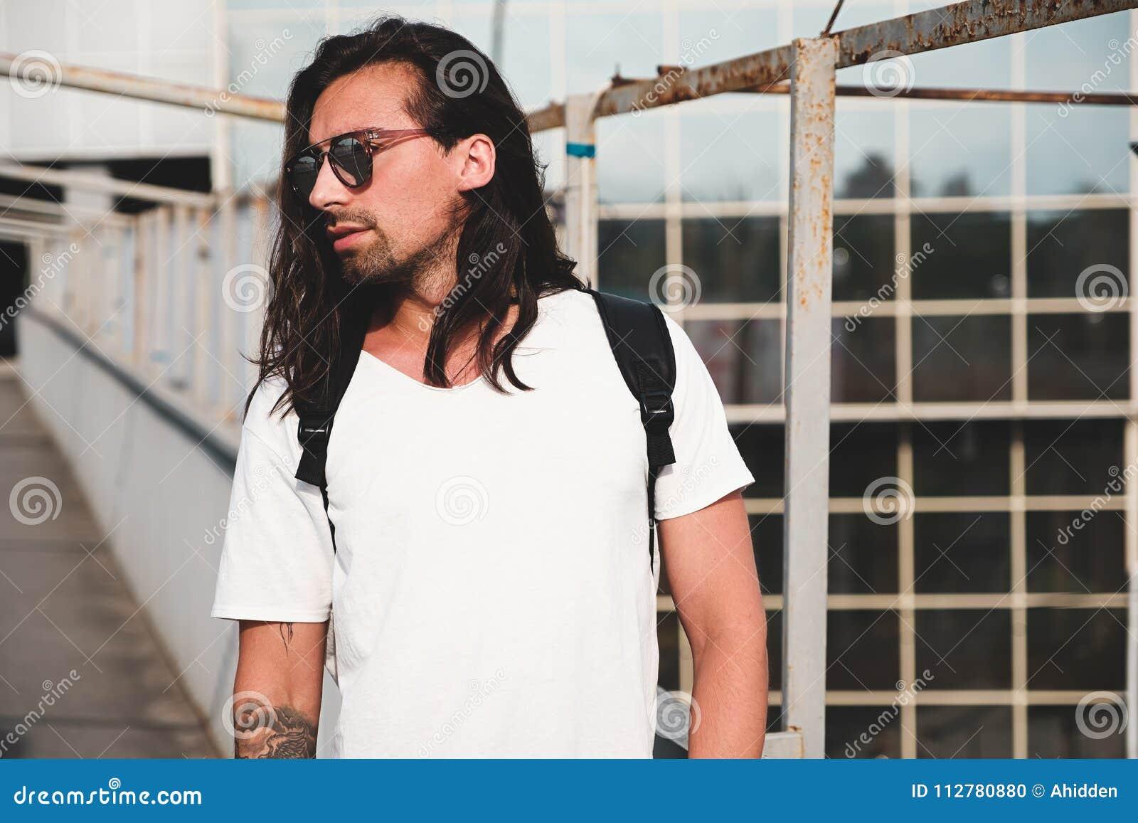 3117ff47ce Νέο ελκυστικό γενειοφόρο άτομο με τις δερματοστιξίες και τα μακρυμάλλη  φορώντας γυαλιά ηλίου