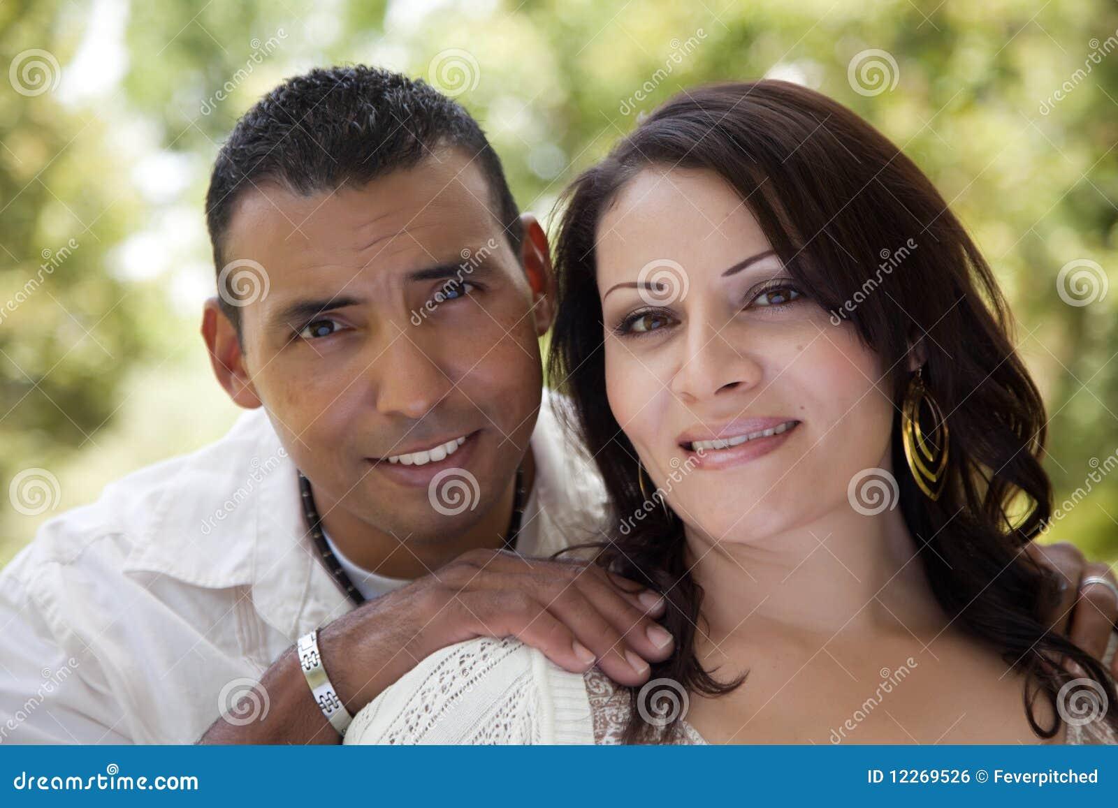 Ελκυστικό ισπανικό ζεύγος στο πάρκο
