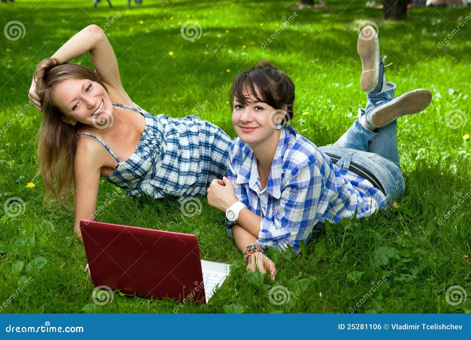ελκυστικό πάρκο δύο lap-top κοριτσιών