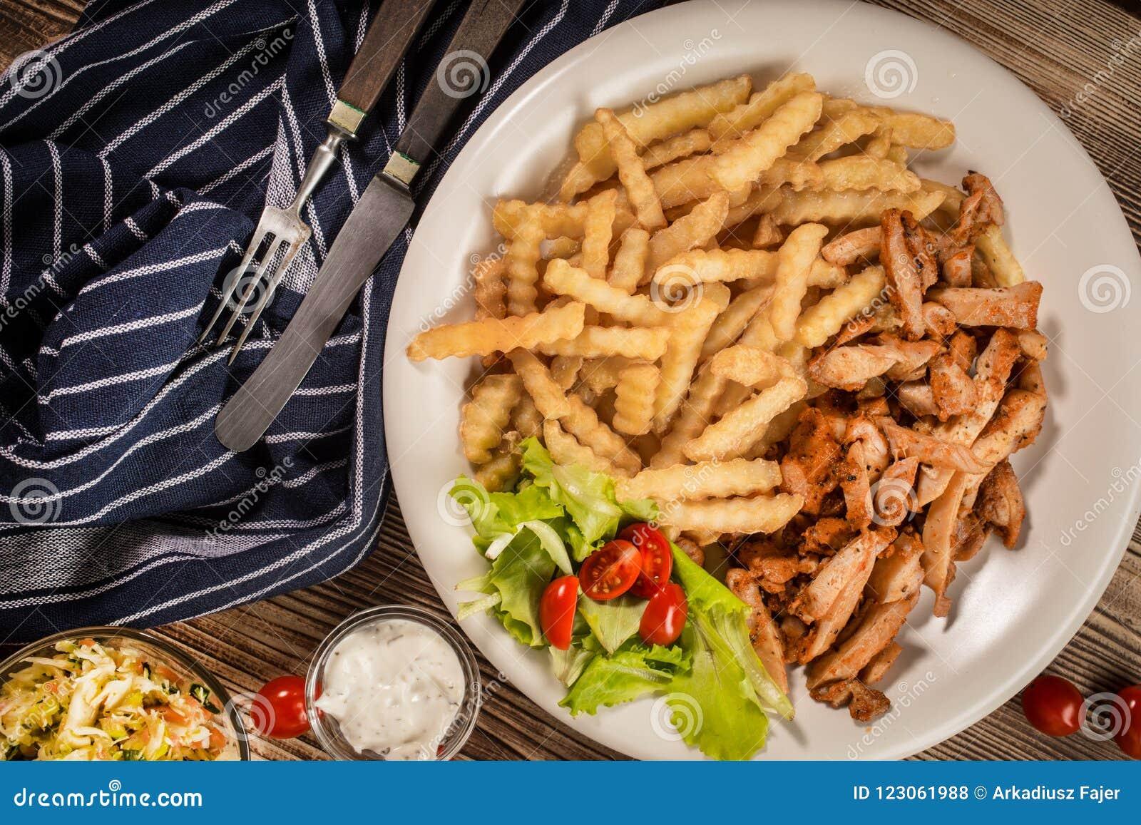 Ελληνικά γυροσκόπια DIS με τα τηγανητά και τη σαλάτα