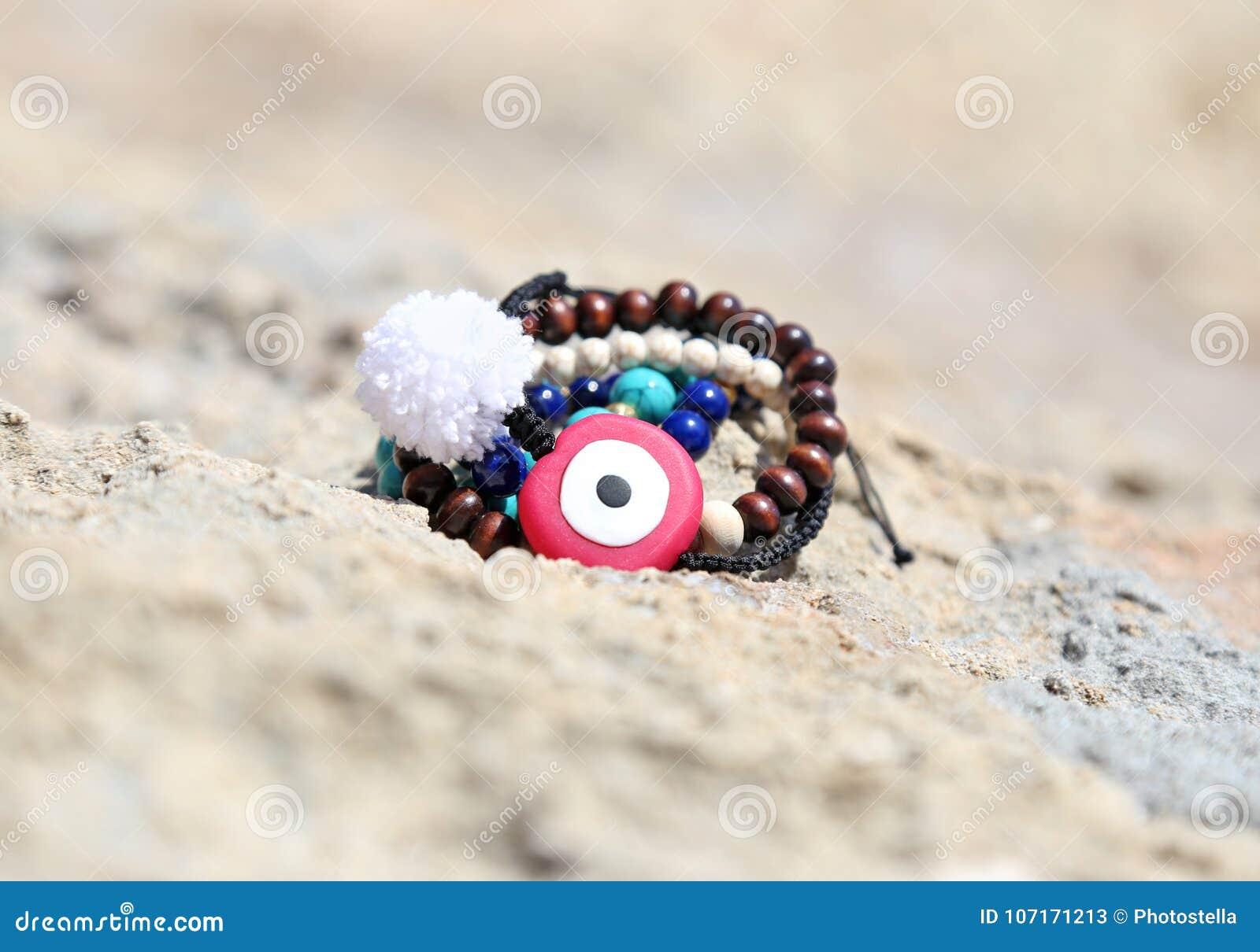Ελληνική διαφήμιση κοσμήματος στην παραλία με το κακό μάτι και τους ... a8be0c7416f