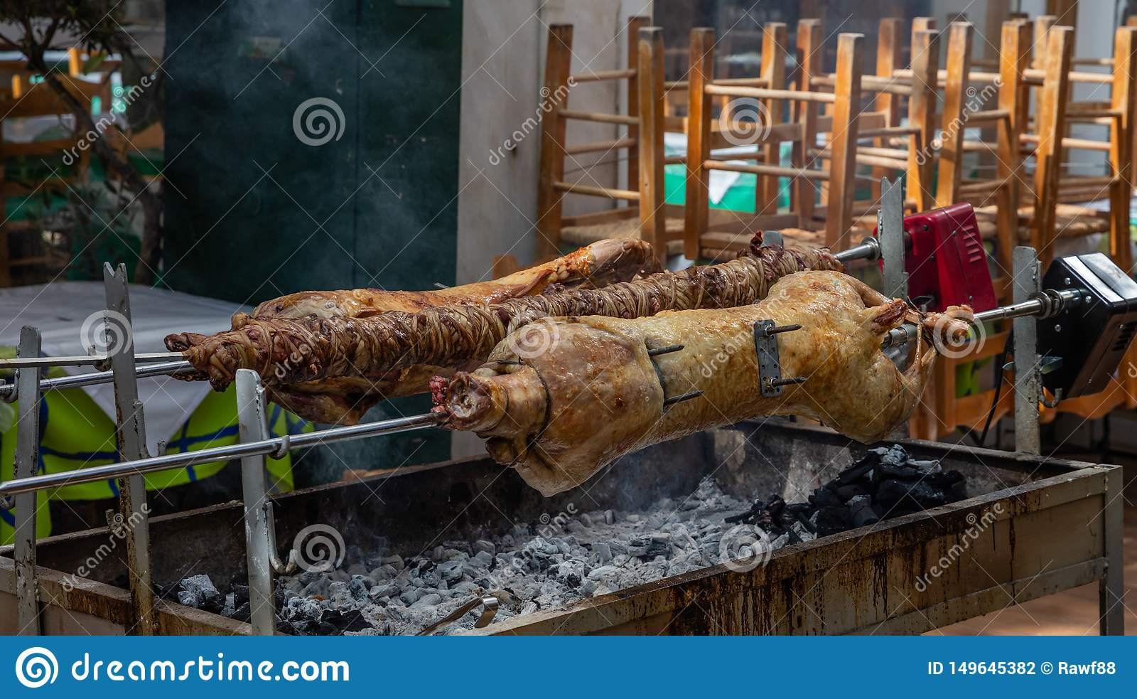 Ελληνική συνήθεια Πάσχας Το Kokoretsi, kokorec και το αρνί, πρόβατα, παιδί που ψήνουν στη σχάρα στους οβελούς πέρα από τους ξυλάν