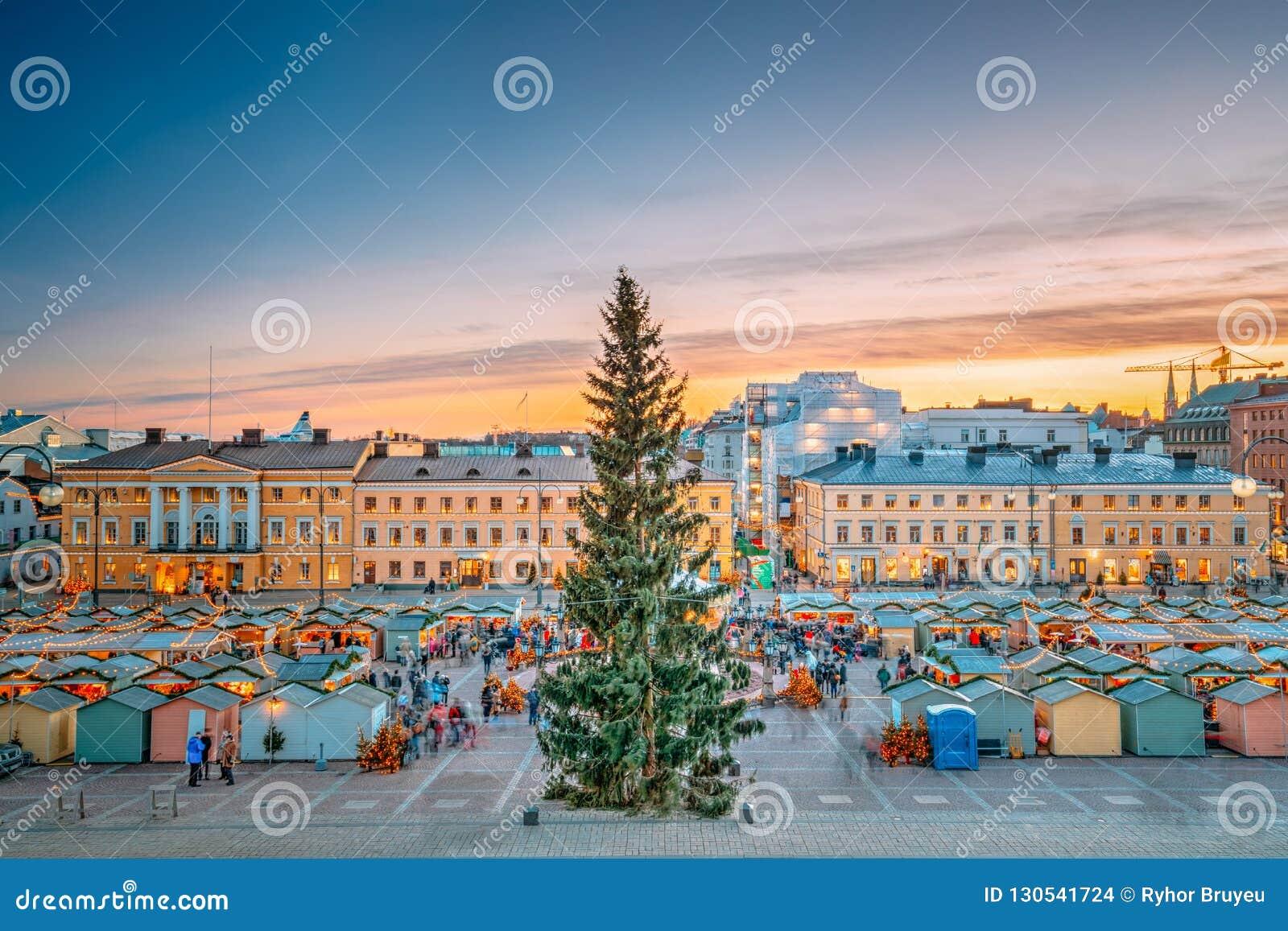 Ελσίνκι, Φινλανδία Αγορά Χριστουγέννων Χριστουγέννων με το χριστουγεννιάτικο δέντρο επάνω