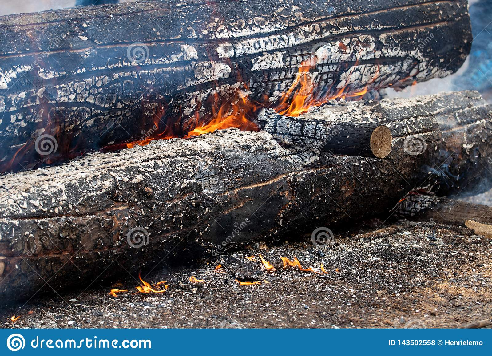 Ελσίνκι, Φινλανδία - 1 Απριλίου 2018: Καίγοντας κούτσουρο στο αγρόκτημα Haltiala την οικογενειακή ημέρα για το ψήσιμο στη σχάρα τ