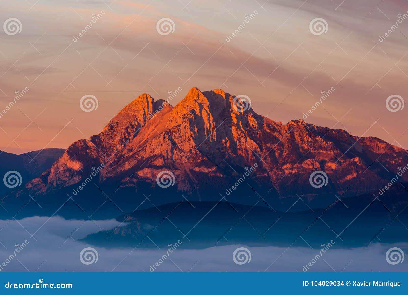Εμβληματικος βουνό Pedraforca με τα πρώτα φω τα στην αυγή