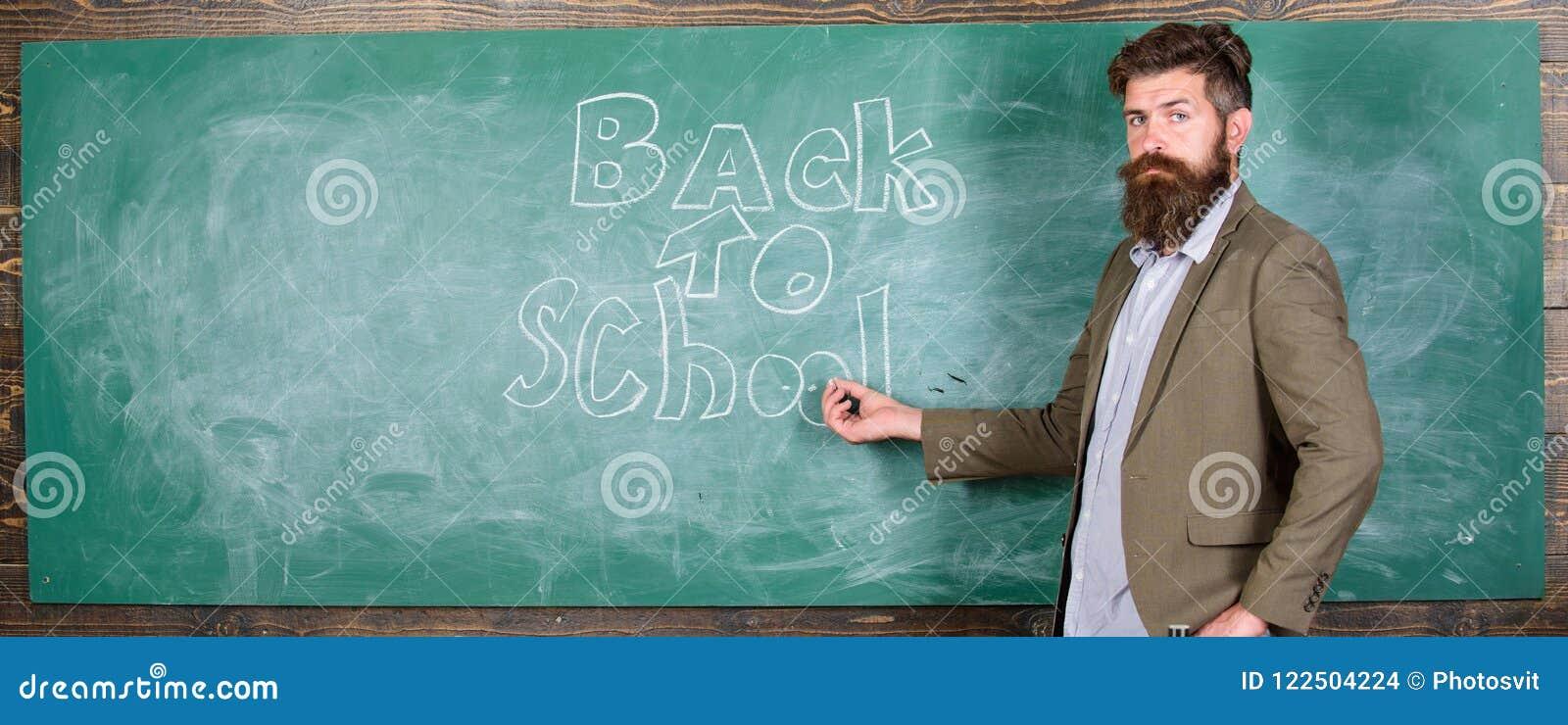 Εμπαθείς σπουδαστές προσιτότητας δυνατότητας εργασίας δασκάλων έξω Ο γενειοφόρος δάσκαλος ατόμων έχασε την εργασία του κατά τη δι