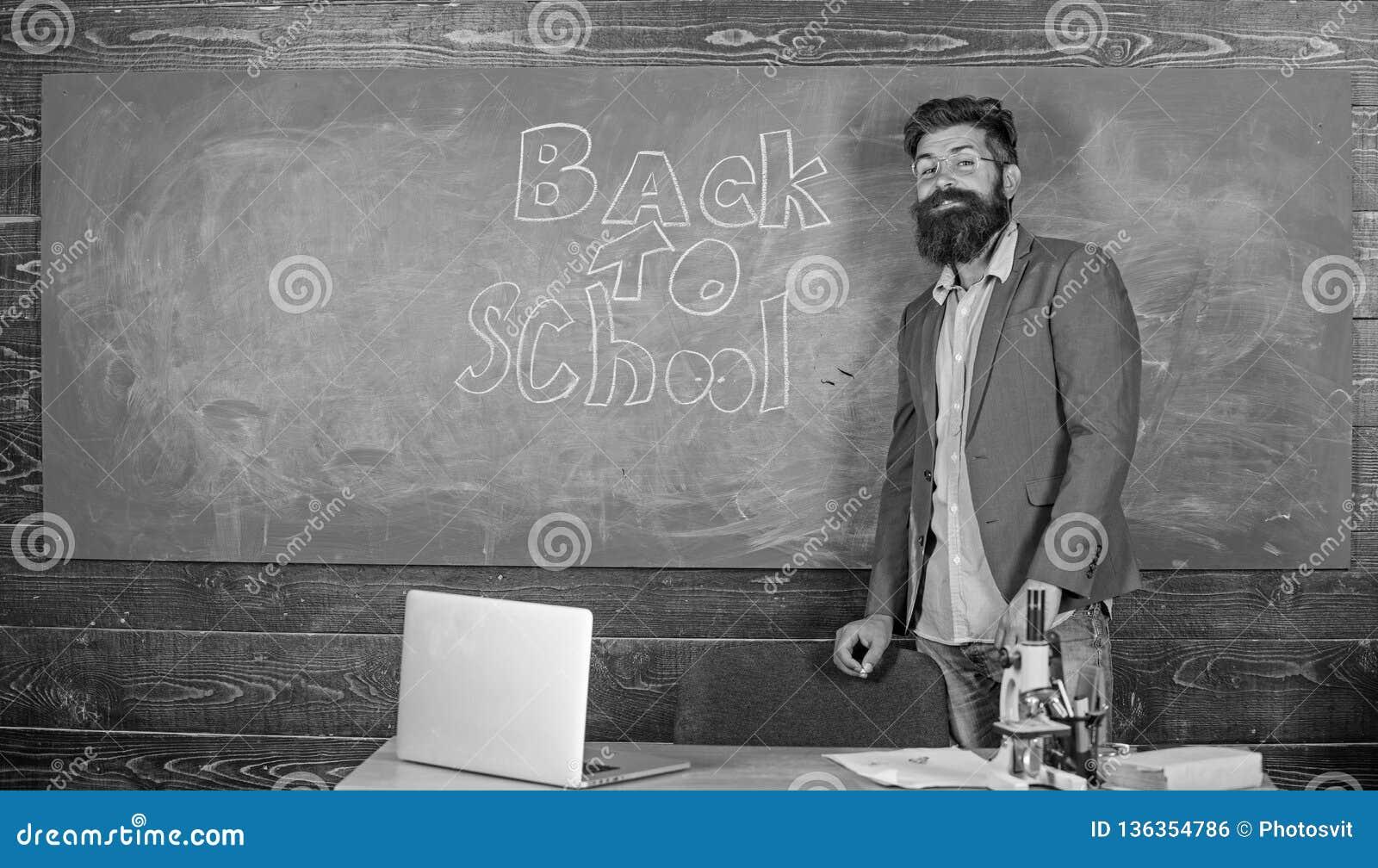 Εμπαθείς σπουδαστές προσιτότητας δυνατότητας εργασίας δασκάλων έξω Ο δάσκαλος κοντά στον πίνακα κιμωλίας κρατά ότι η κιμωλία γράφ