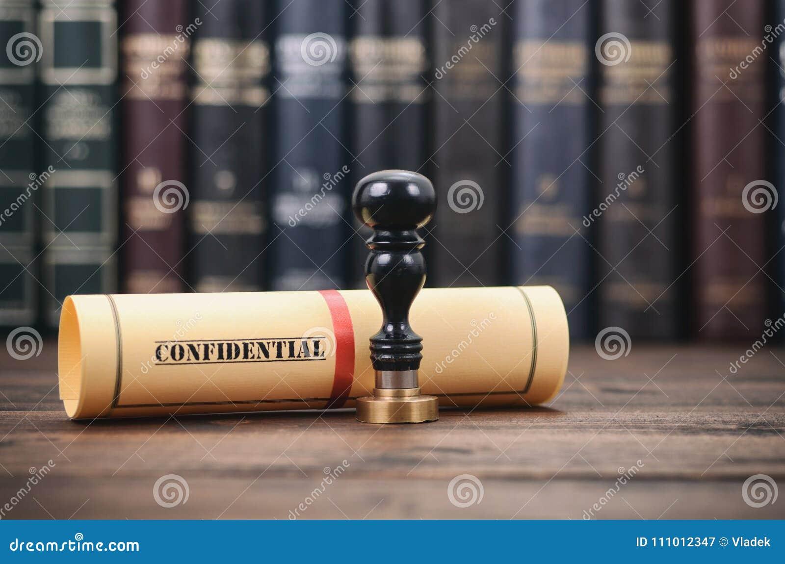 Εμπιστευτικός τύπος σφραγίδων εγγράφων και συμβολαιογράφων στο ξύλινο υπόβαθρο
