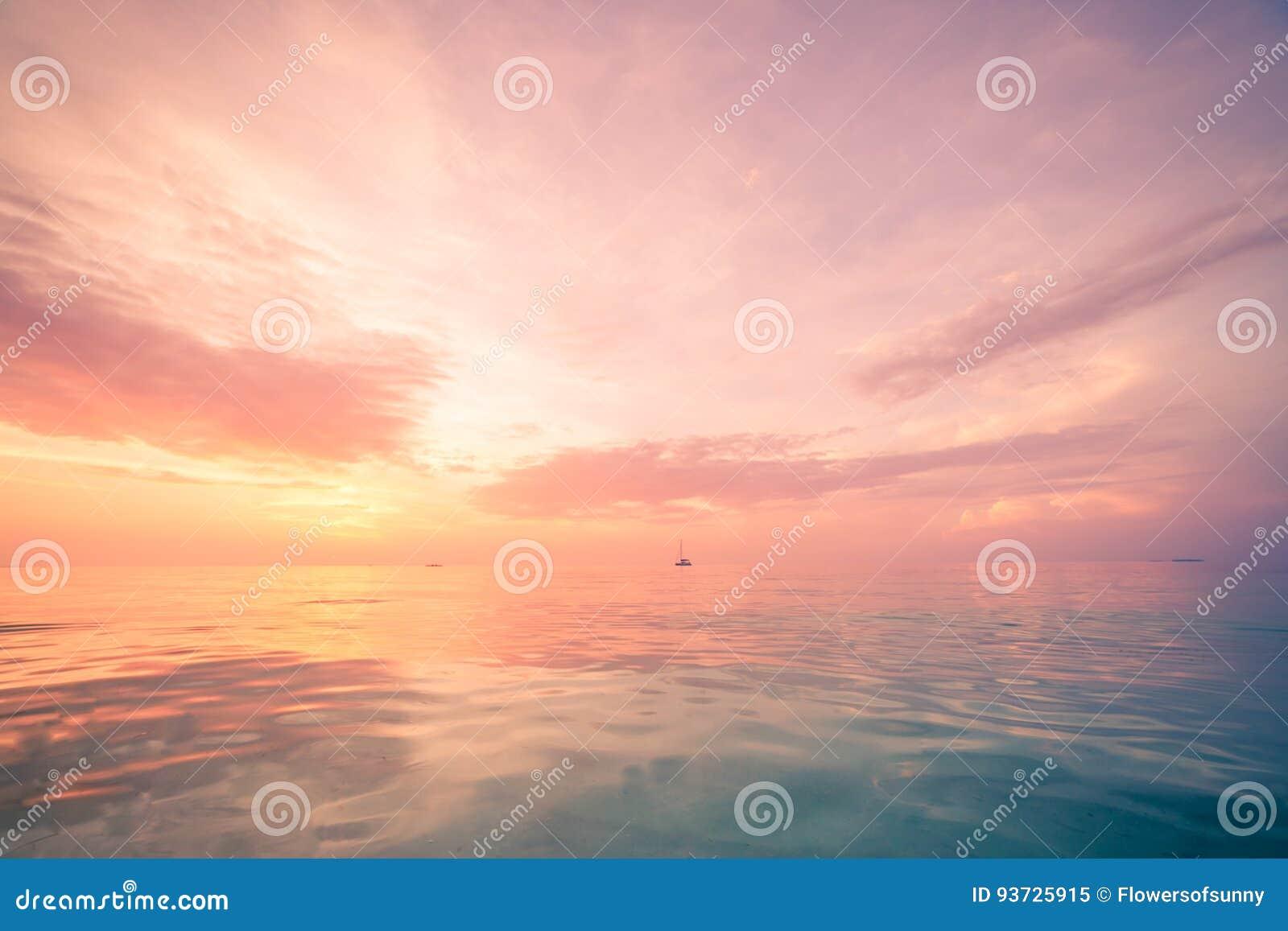 Εμπνευσμένη άποψη θάλασσας και ουρανού με τον ορίζοντα και τα χαλαρώνοντας χρώματα