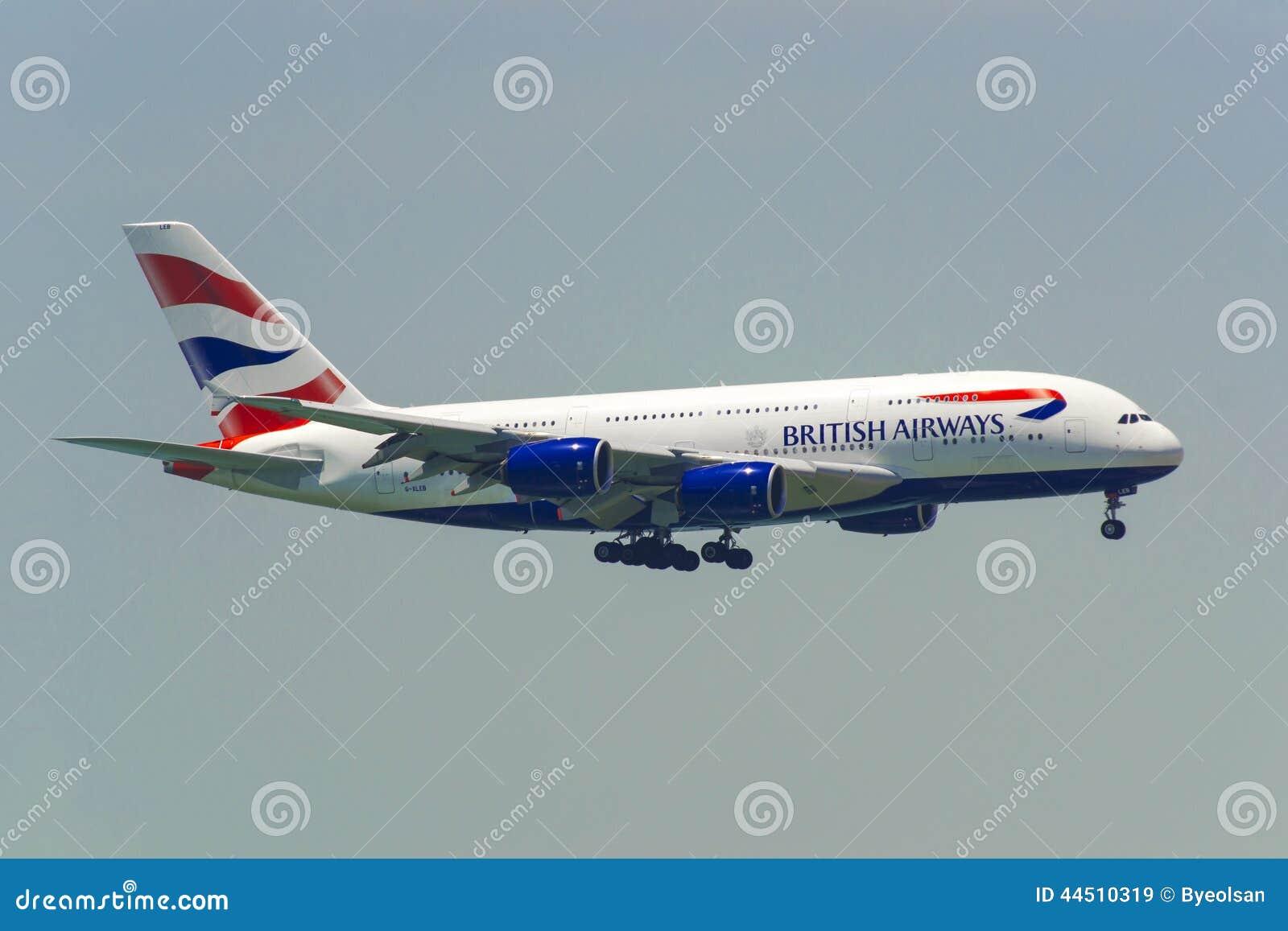 Εμπορικό αεροπλάνο που πετά στον ουρανό