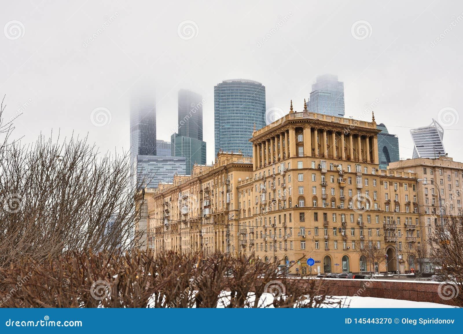 Εμπορικό κέντρο πόλεων της Μόσχας στην ομίχλη, κτήρια στην ομίχλη