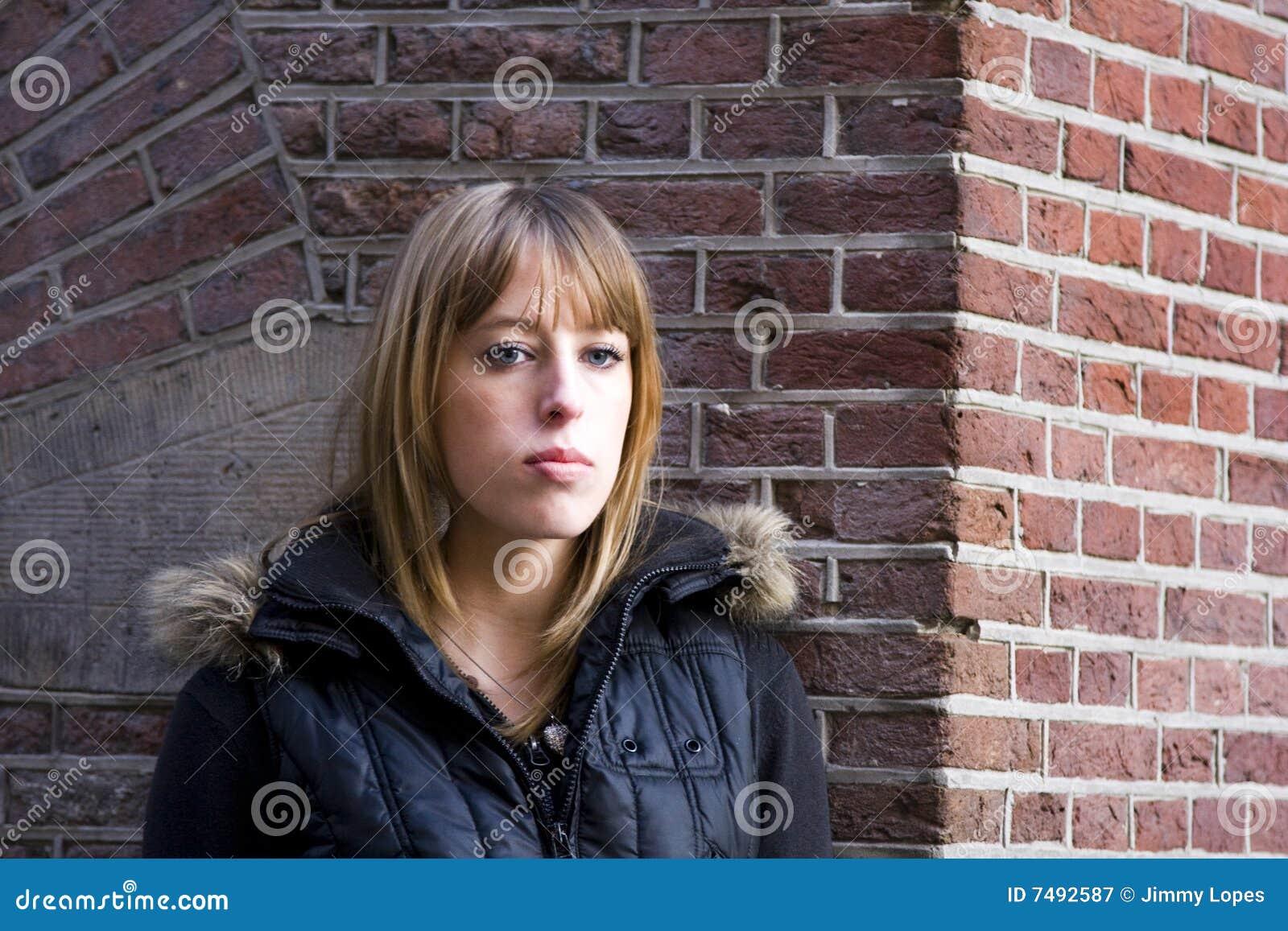 ενήλικες νεολαίες γυναικών ξανθών μαλλιών