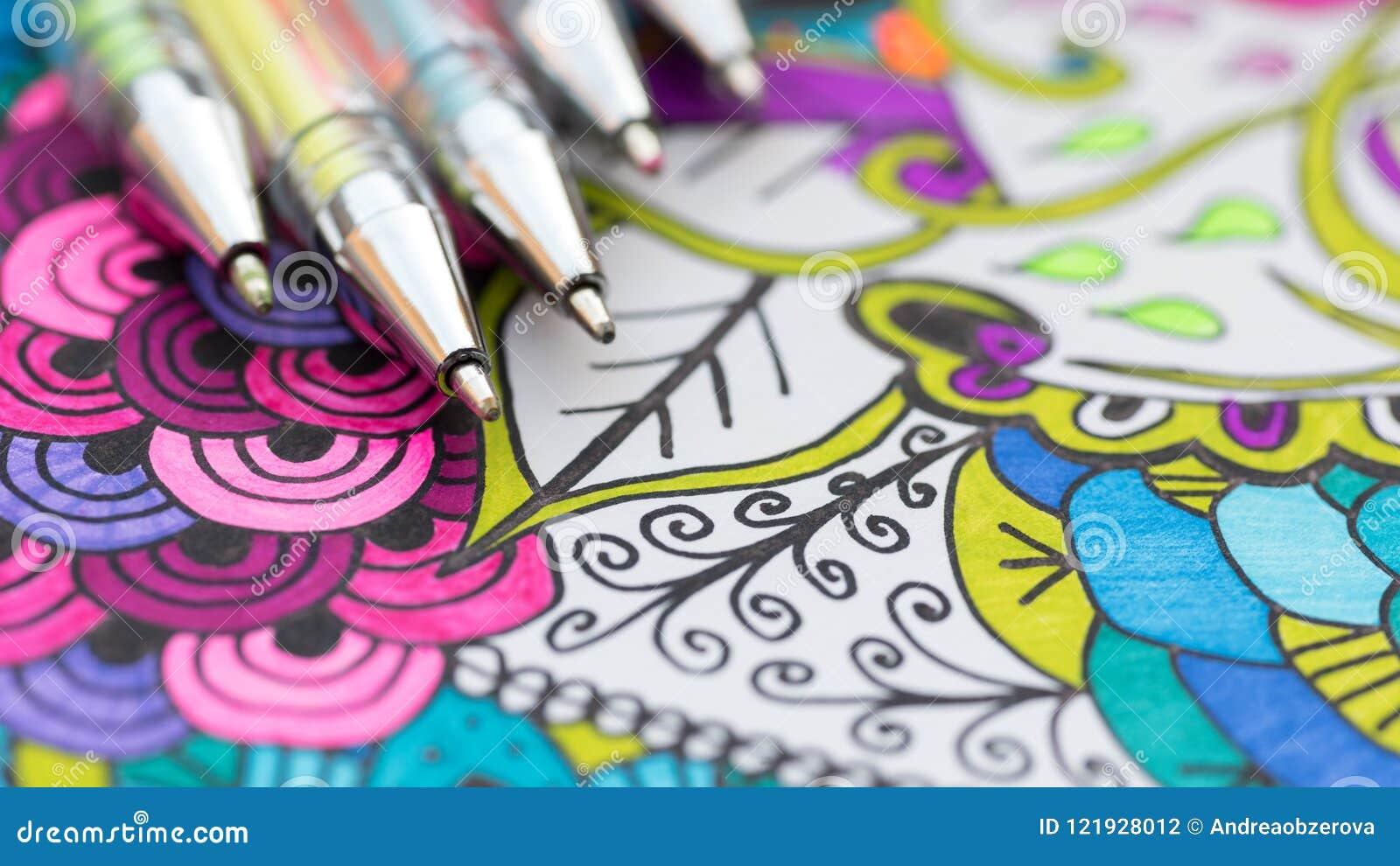 Ενήλικο χρωματίζοντας βιβλίο, νέα ανακουφίζοντας τάση πίεσης Θεραπεία τέχνης, πνευματικές υγείες, έννοια δημιουργικότητας και min