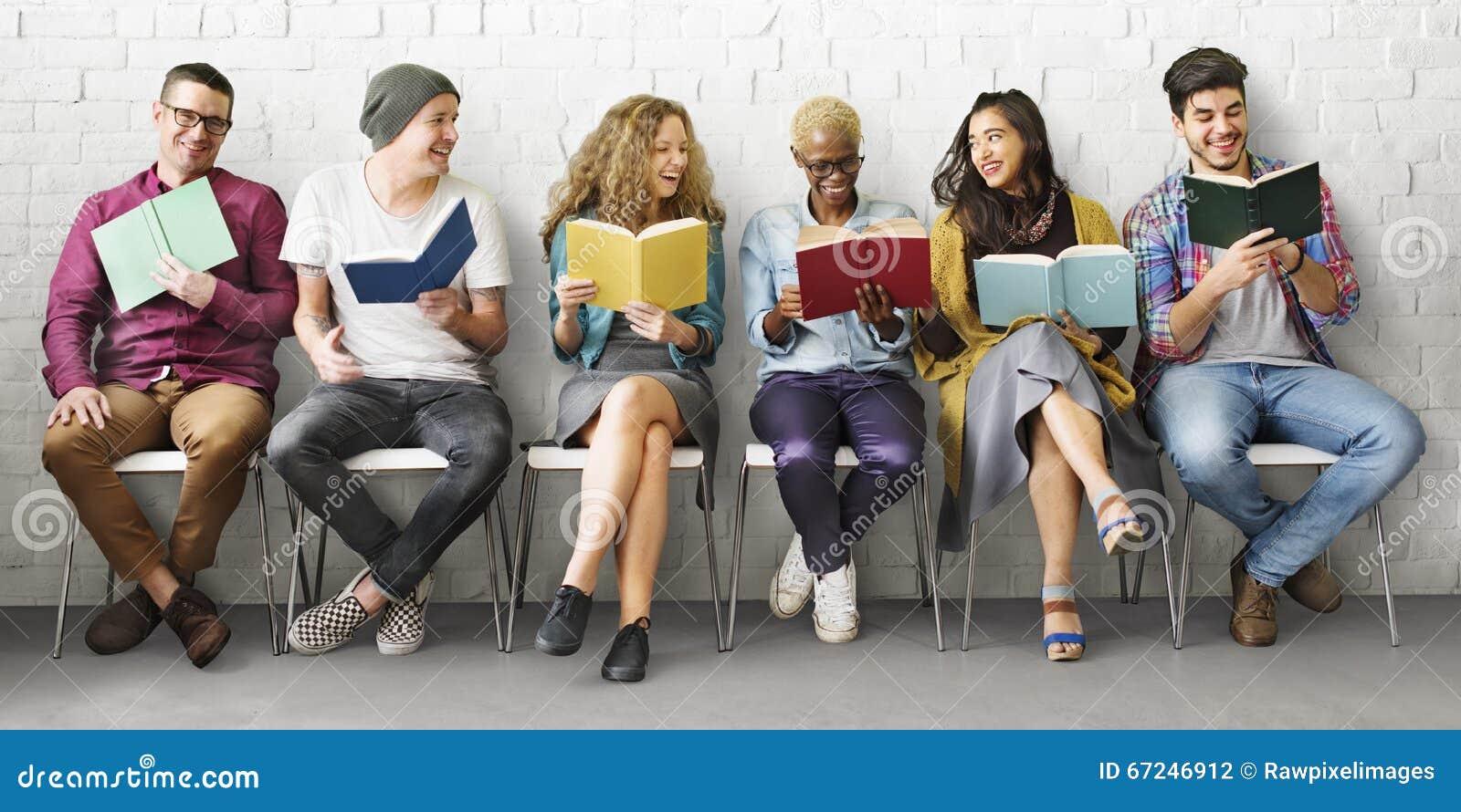 Ενήλικη έννοια γνώσης εκπαίδευσης ανάγνωσης νεολαίας σπουδαστών