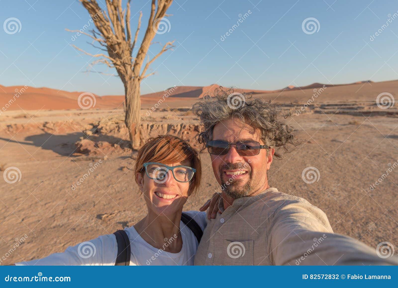 Ενήλικο καυκάσιο ζεύγος που παίρνει selfie σε Sossusvlei στην έρημο Namib, εθνικό πάρκο Namib Naukluft, κύριος προορισμός ταξιδιο