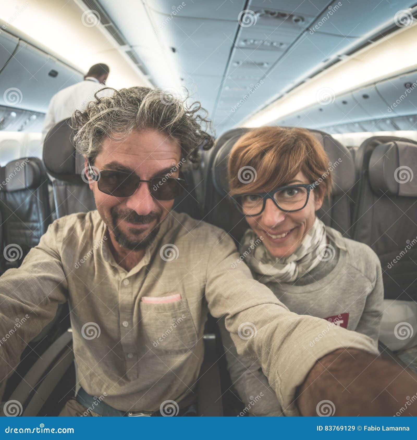 Ενήλικο καυκάσιο ζεύγος που παίρνει selfie το αεροπλάνο εσωτερικών Άποψη ματιών ψαριών από κάτω από Έννοια των ανθρώπων που ταξιδ