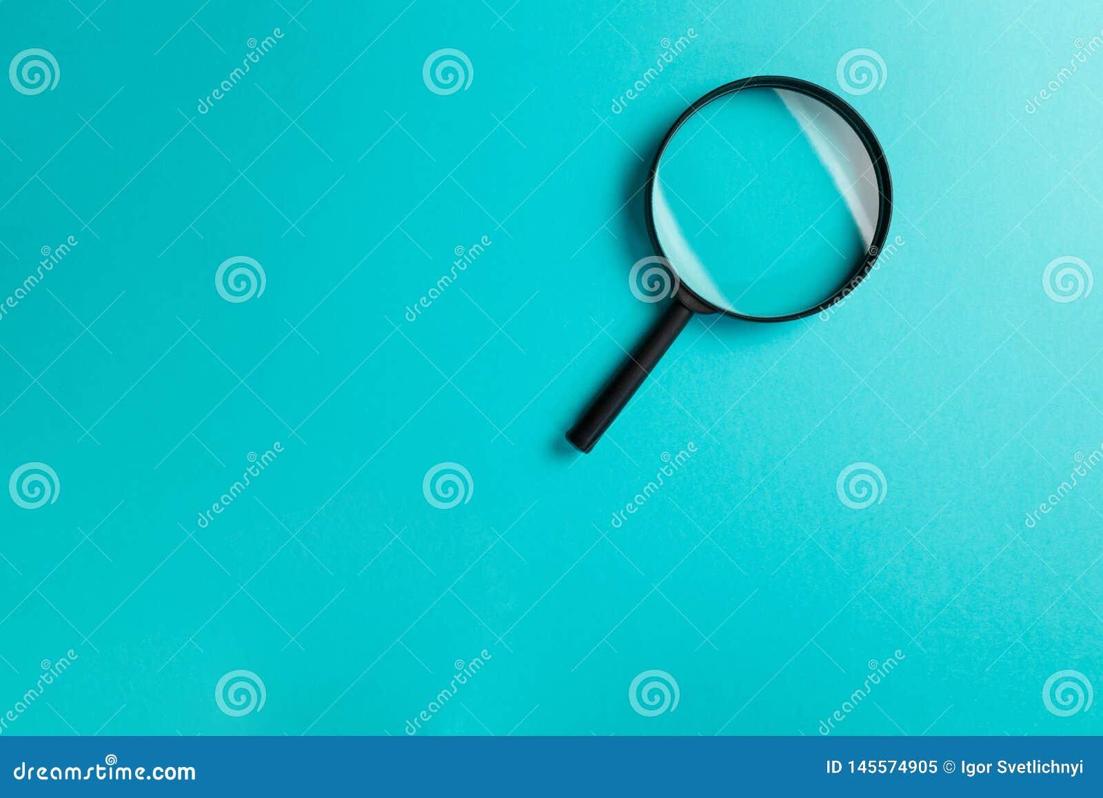 Ενίσχυση - γυαλί στο μπλε υπόβαθρο