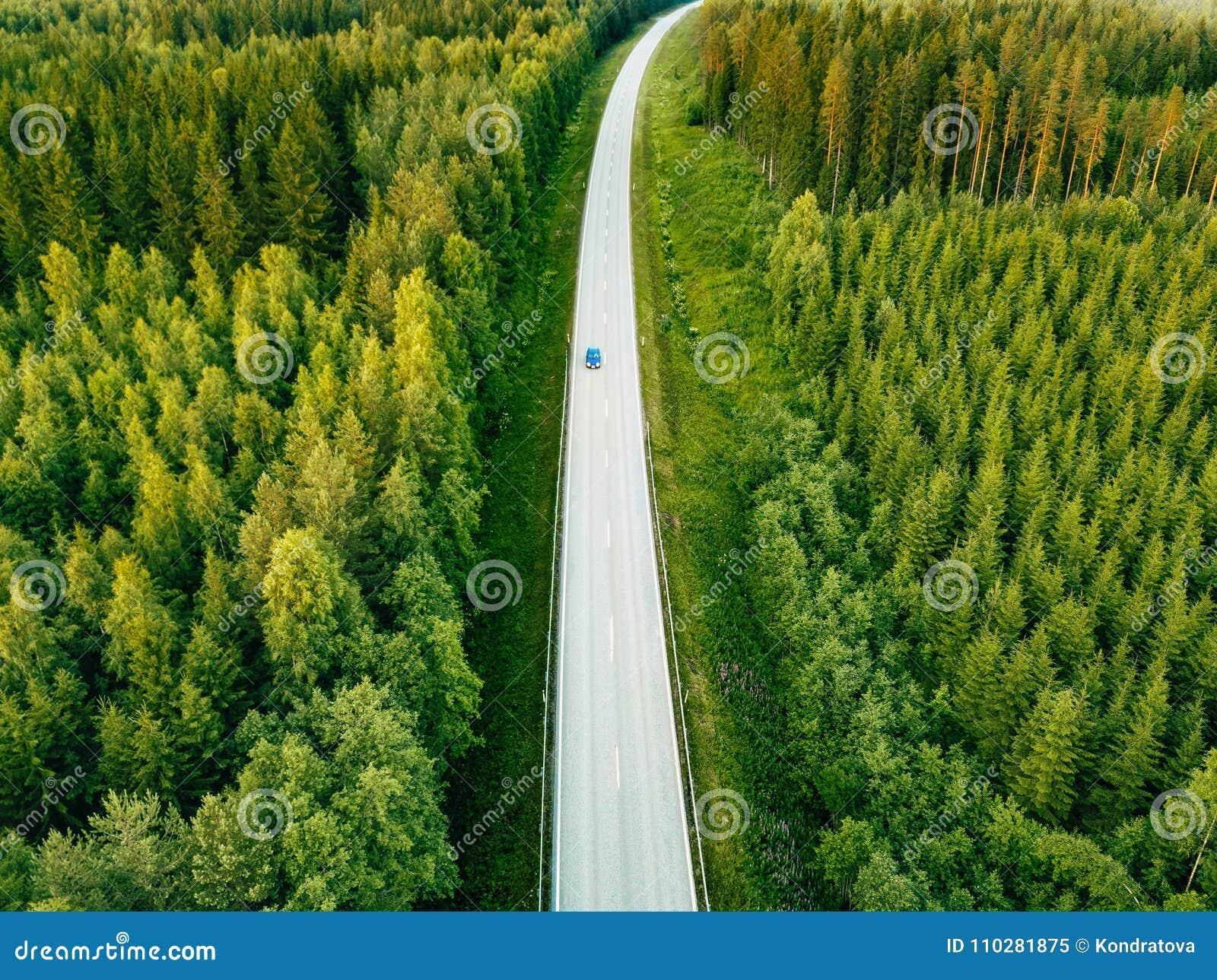 Εναέρια άποψη άνωθεν της εθνικής οδού μέσω του πράσινου θερινού δάσους το καλοκαίρι Φινλανδία
