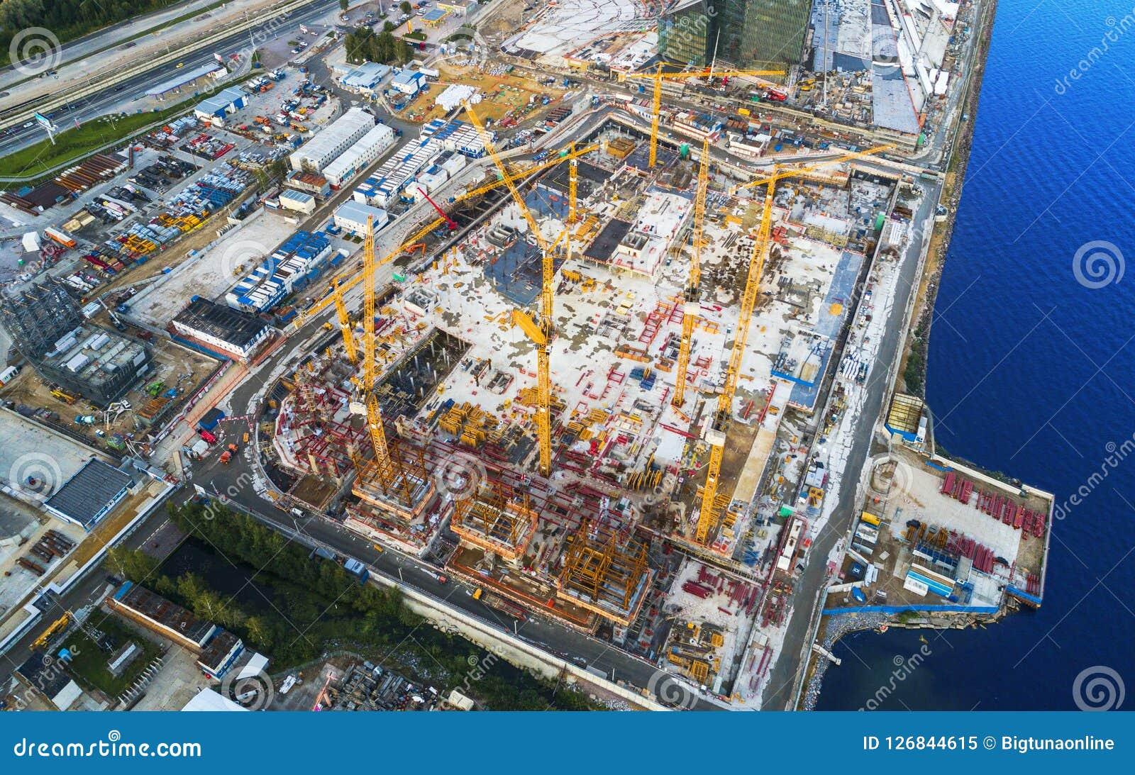 Εναέρια άποψη ενός πύργου γερανών κατασκευής Τοπ γερανός άποψης και πρόοδος εργασίας οικοδόμησης εργαζόμενος Άποψη εργοτάξιων οικ