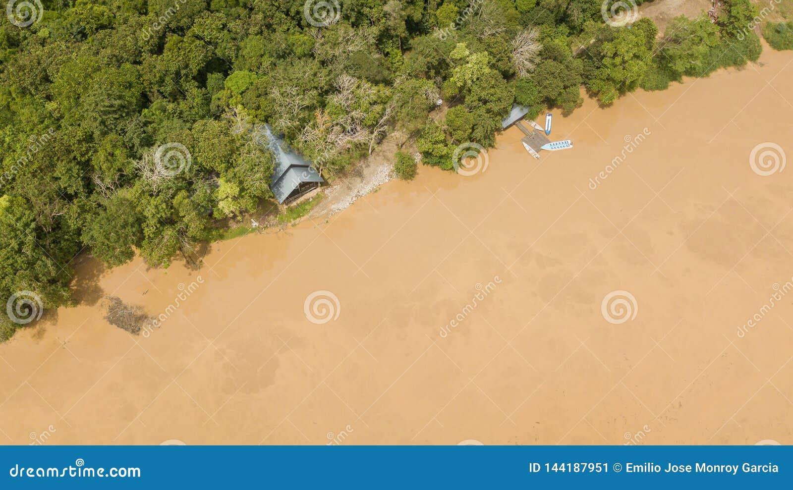 Εναέρια άποψη ενός σπιτιού και μιας αποβάθρας με τις μικρές βάρκες