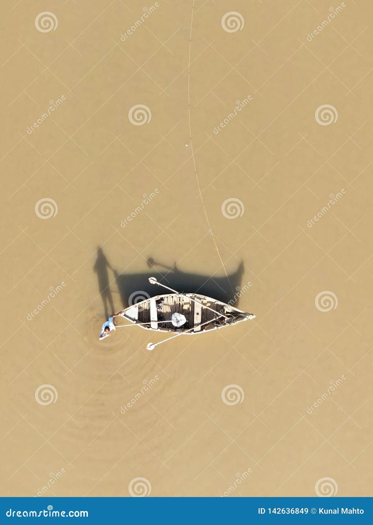 Εναέρια άποψη ενός ψαρά με τη βάρκα του