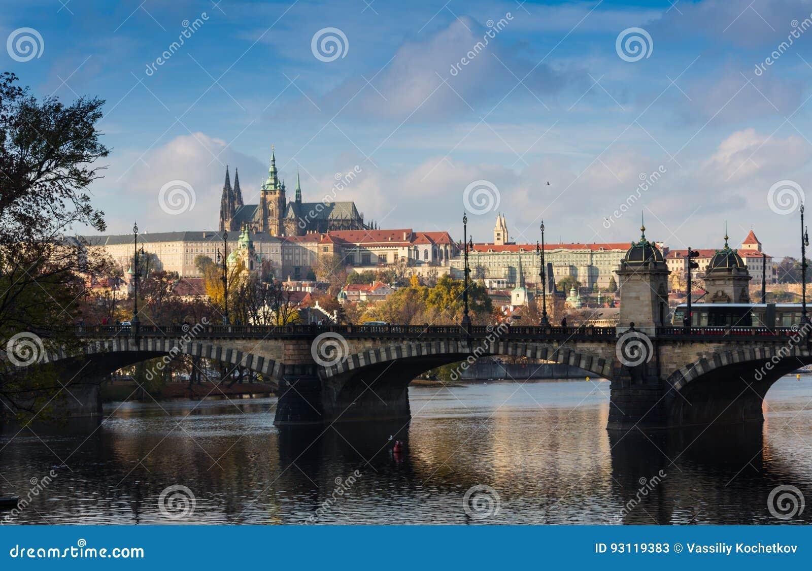 Εναέρια άποψη πέρα από την εκκλησία της κυρίας μας πριν από Tyn, την παλαιά πόλη και το Κάστρο της Πράγας στο ηλιοβασίλεμα στην Π