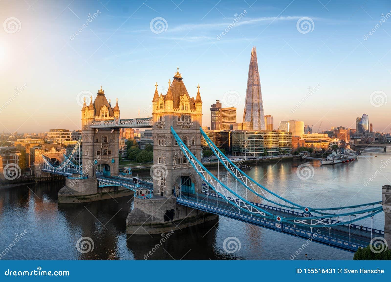 Εναέρια άποψη στην εικονικούς γέφυρα πύργων και τον ορίζοντα του Λονδίνου, UK