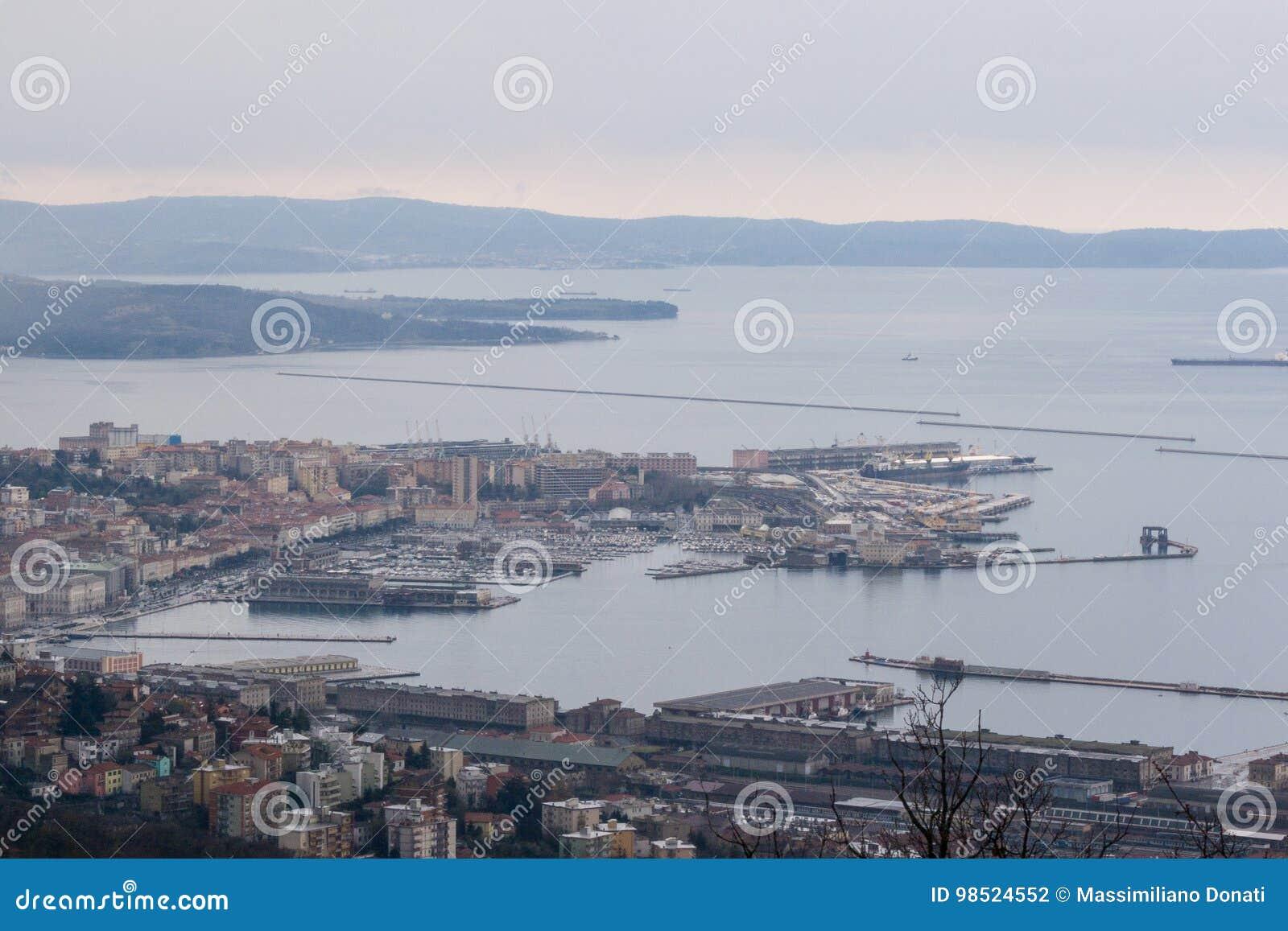 Εναέρια άποψη στο κέντρο πόλεων και το λιμένα της Τεργέστης στην Ιταλία