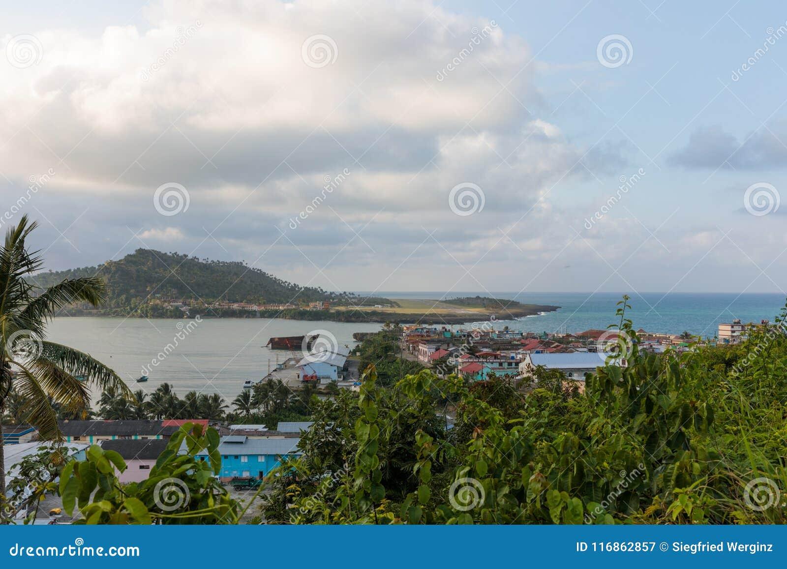 Εναέρια άποψη σχετικά με το baracoa και τη θάλασσα Κούβα