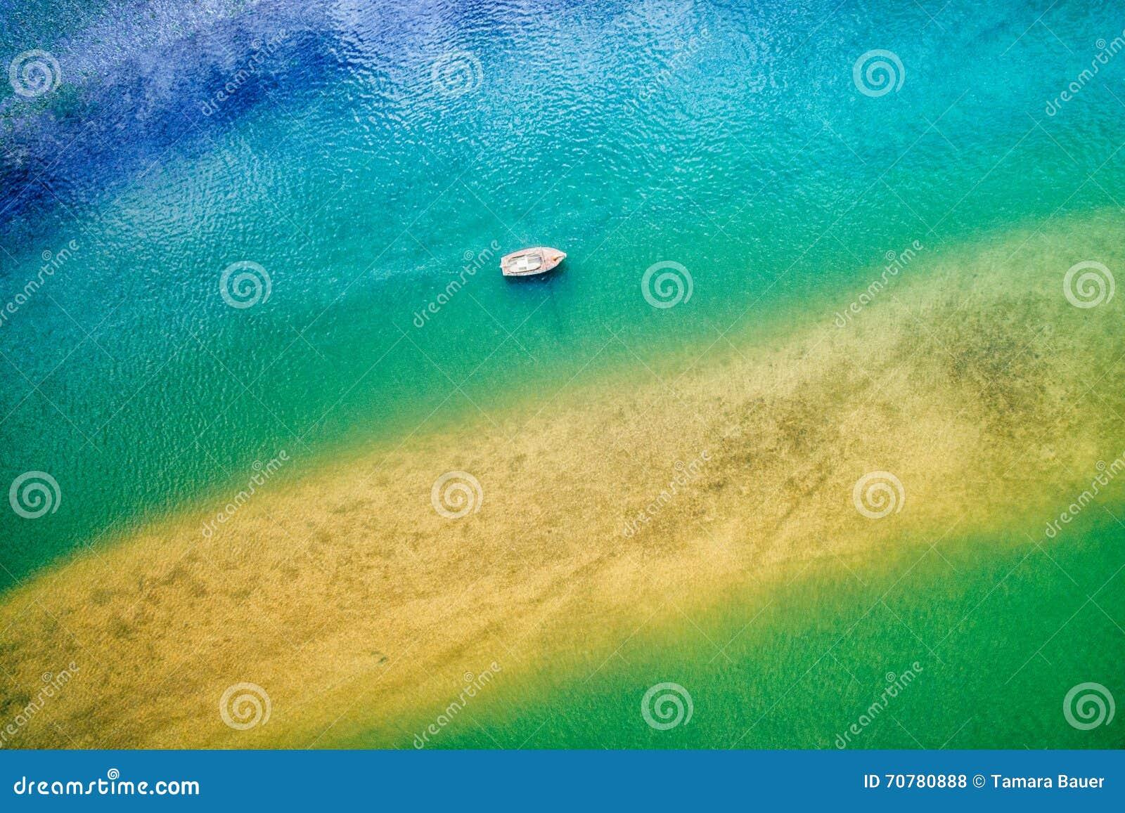 Εναέρια άποψη της βάρκας στον ωκεανό