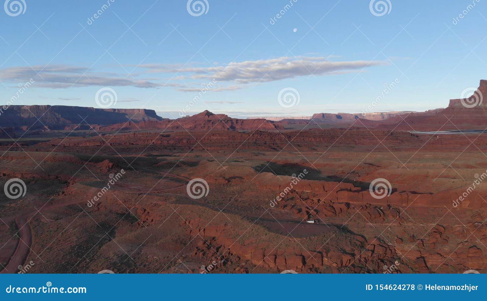 Εναέρια άποψη της ερήμου, ποταμός του Κολοράντο στη Γιούτα Φυσική φύση κοντά στο εθνικό πάρκο Canyonlands, Moab Ηλιόλουστο πρωί,